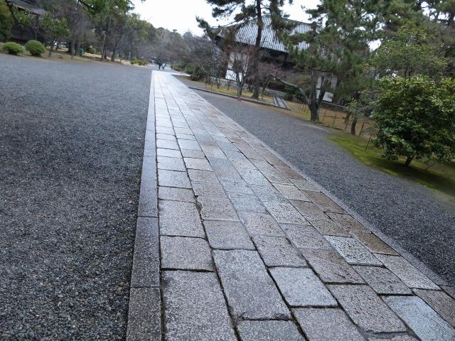 広隆寺の石畳の参道
