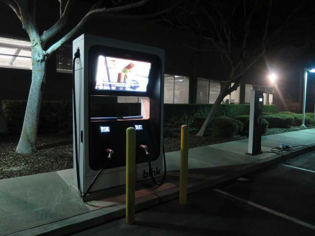 シリコンバレー: 電気自動車の充電スタンド