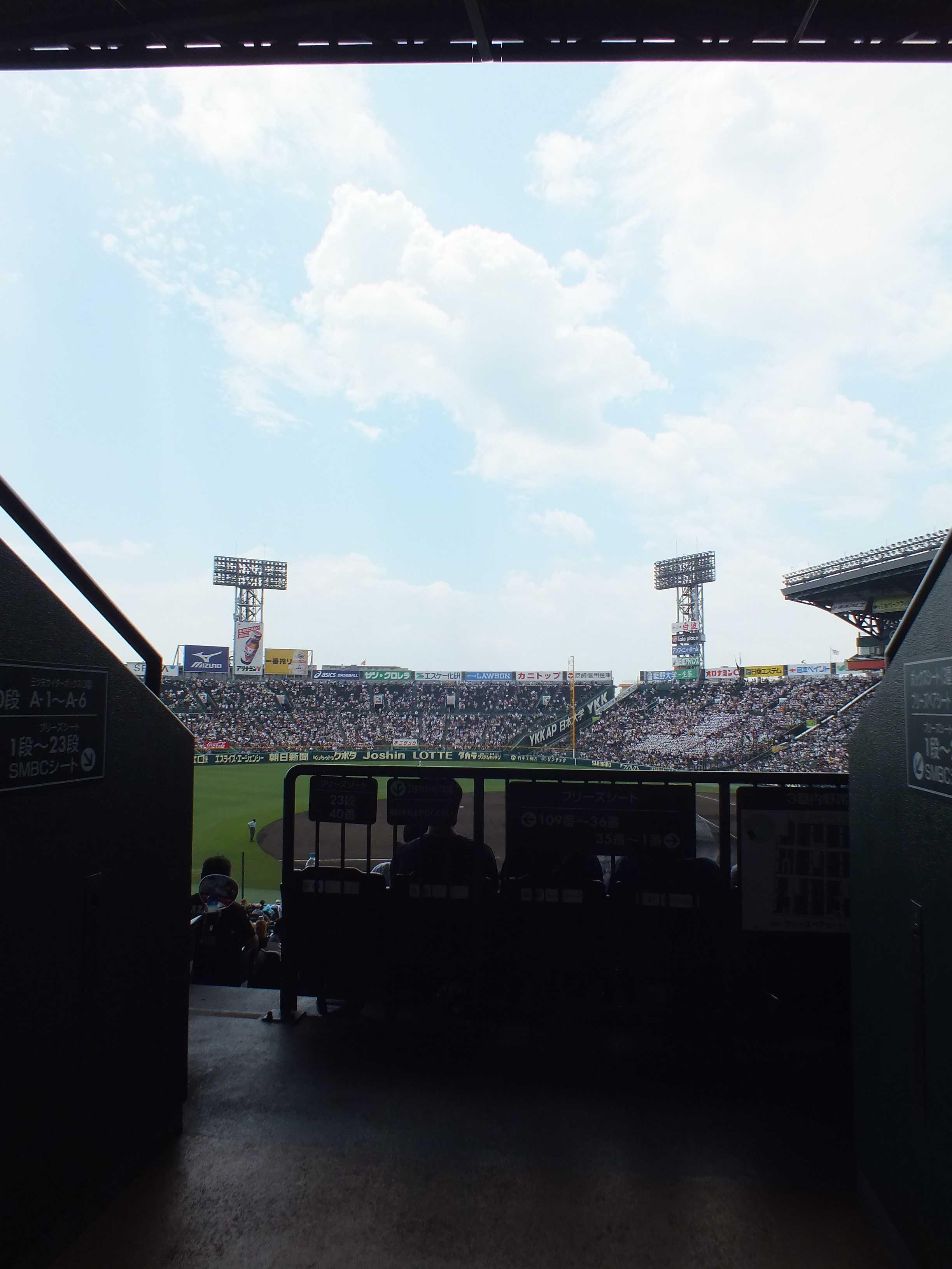 甲子園球場の夏の青空と夏の白い雲