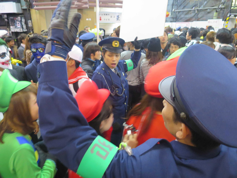 渋谷ハロウィーン - センター街のおまわりさん