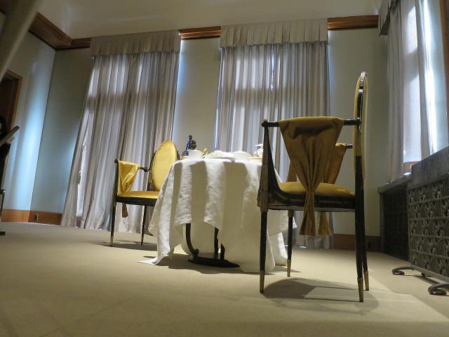 旧朝香宮邸のテーブルとイス