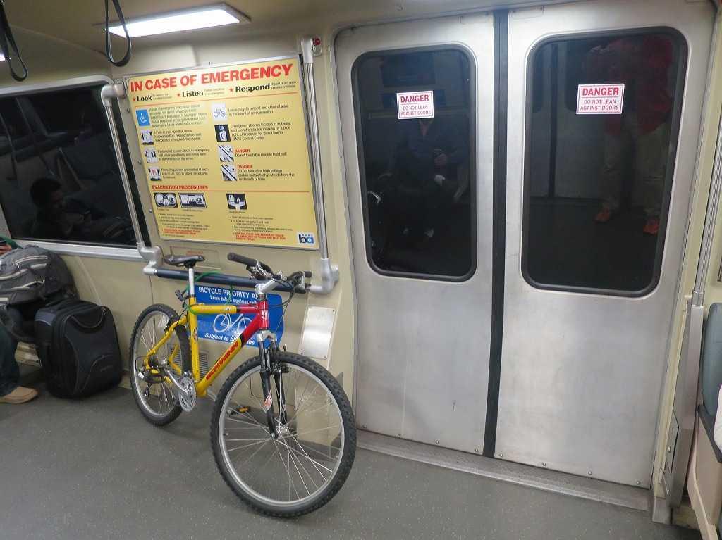 サンフランシスコ - BART/バートの車両内の自転車