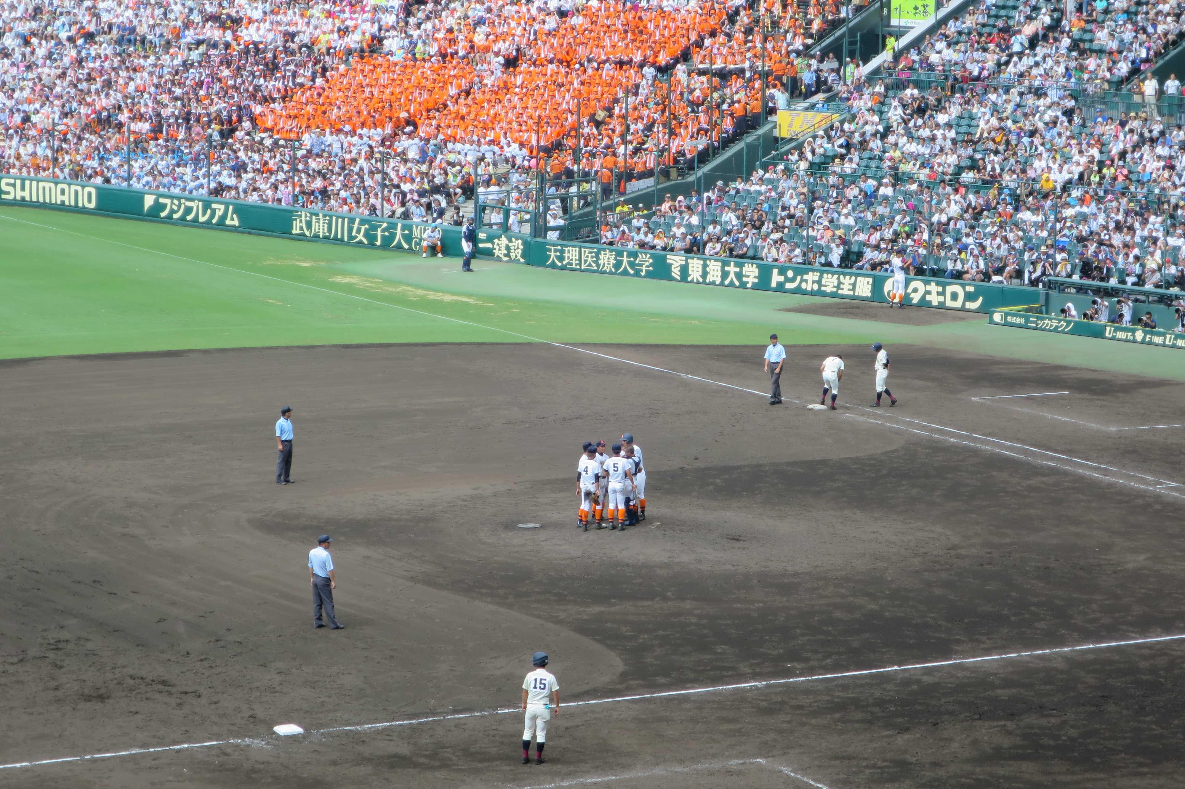ピンチを迎え、マウンドに集まる市尼崎の内野陣