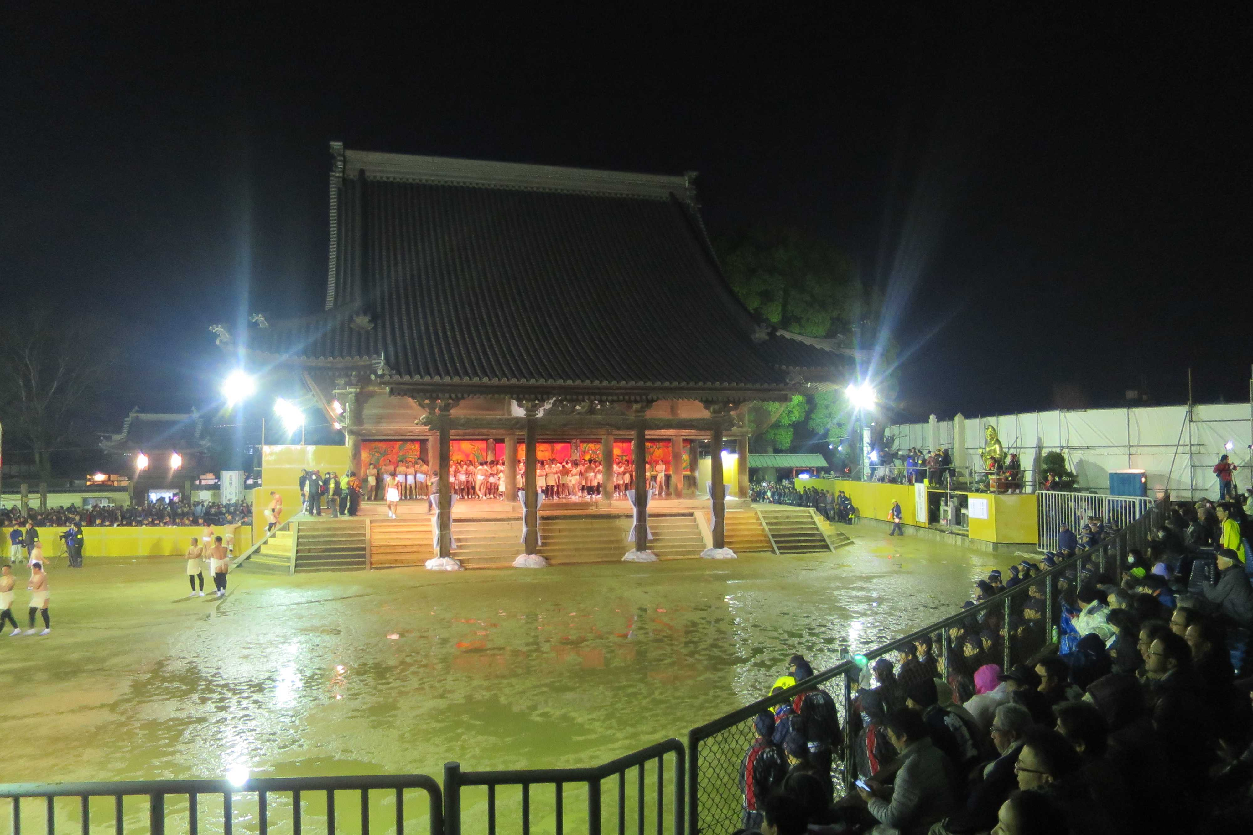 西大寺会陽 - 本堂の大床に集まる裸群
