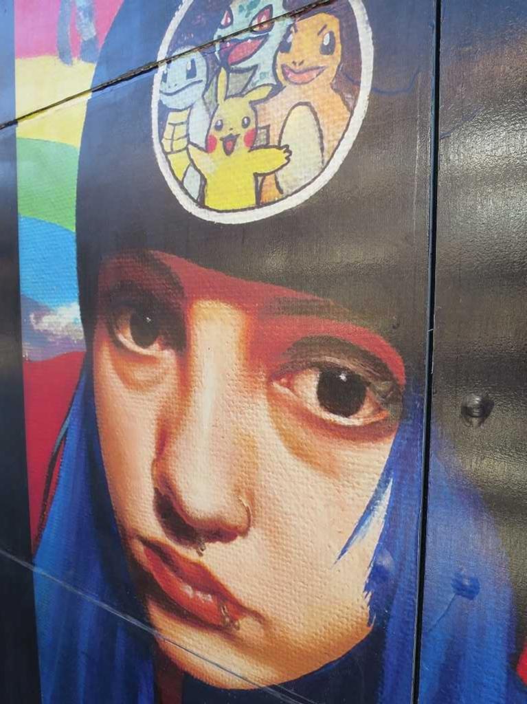サンノゼ市内のポケモンの帽子をかぶった女の子のイラスト