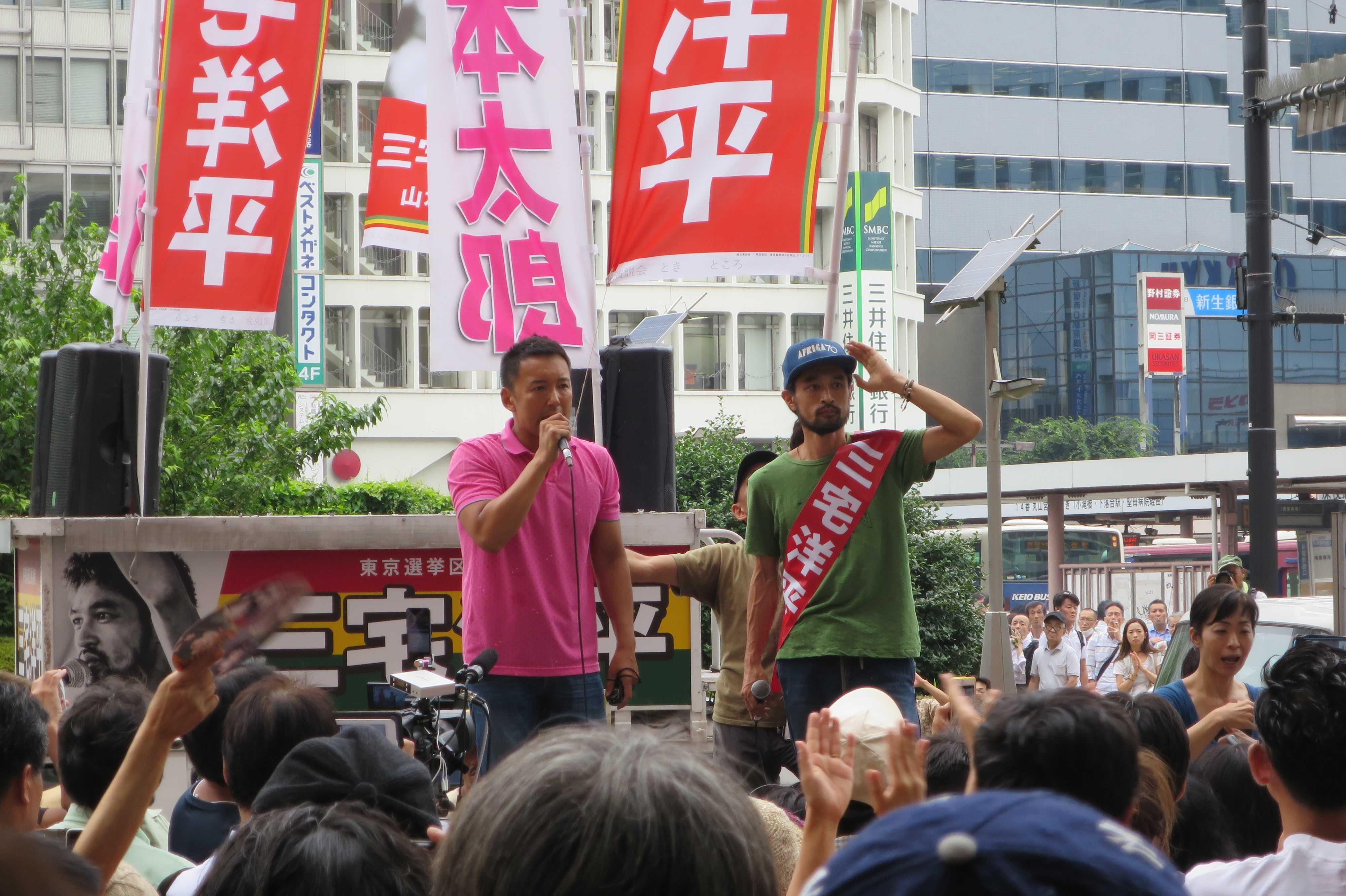 三宅洋平候補(右)と推薦者・山本太郎参議院議員(左)