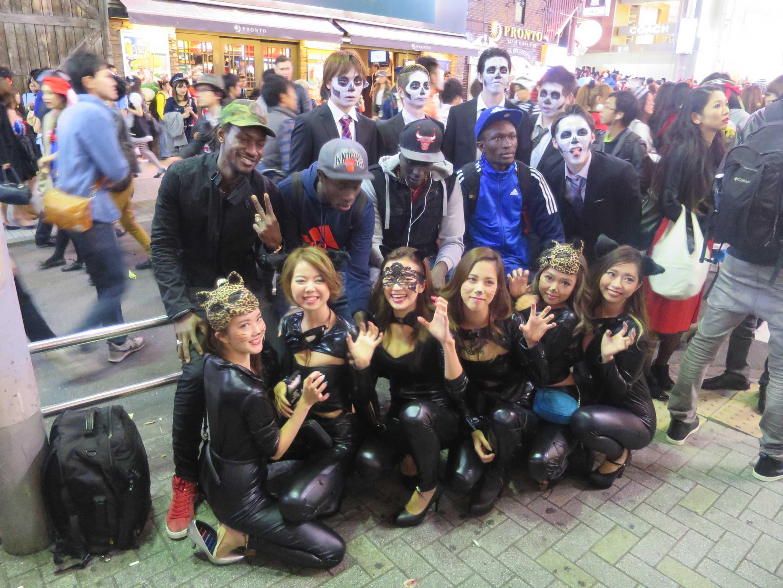 渋谷ハロウィン - 黒人とジャパニーズラバーコスチュームガールズとゾンビ