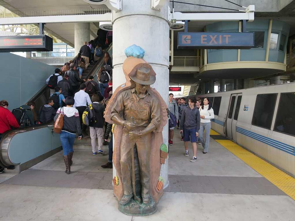 ミルブレー駅(MILLBRAE STATION)ホームの銅像