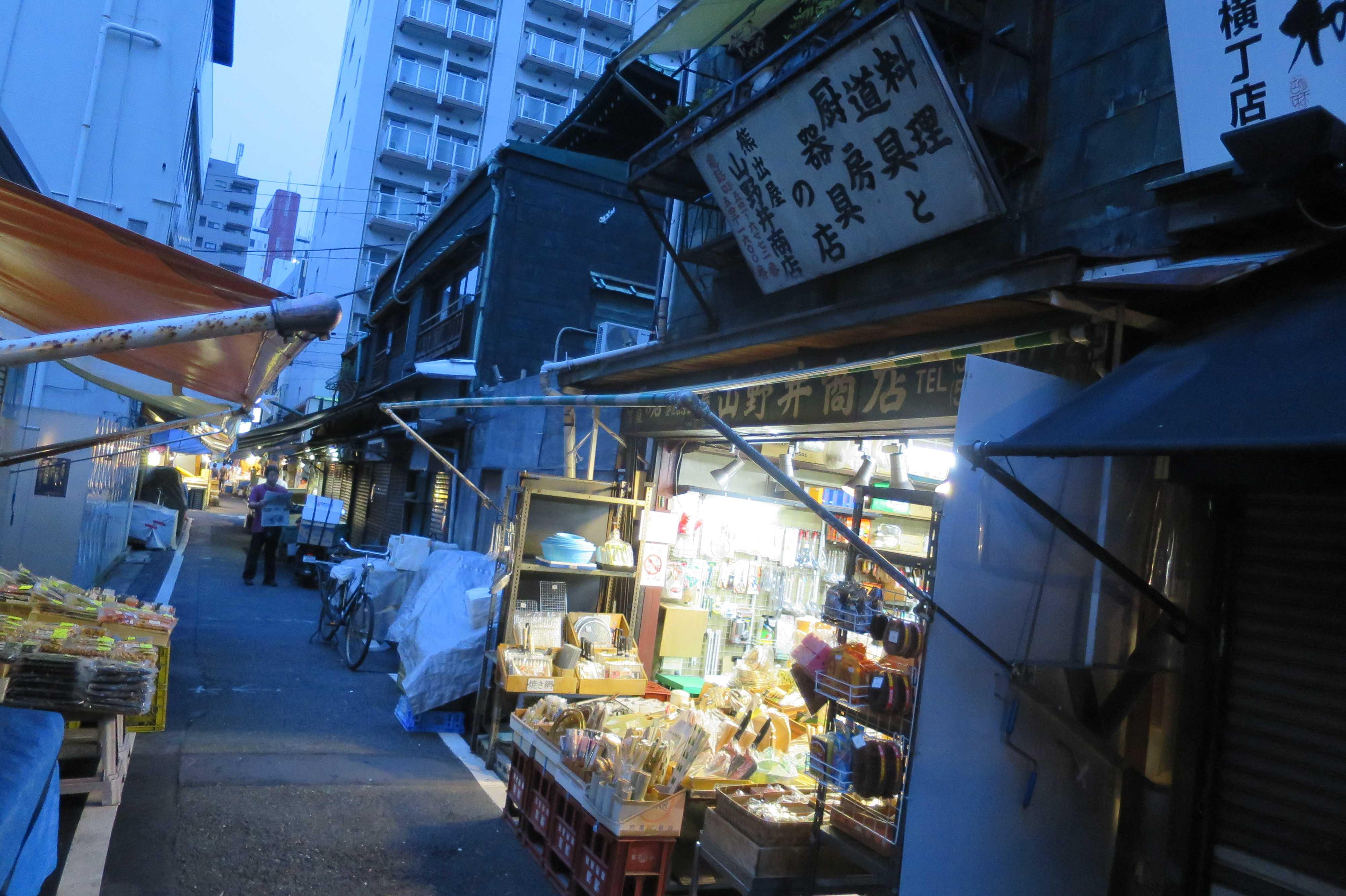 築地場外市場 - 築地市場場外の狭い路地の夜明け