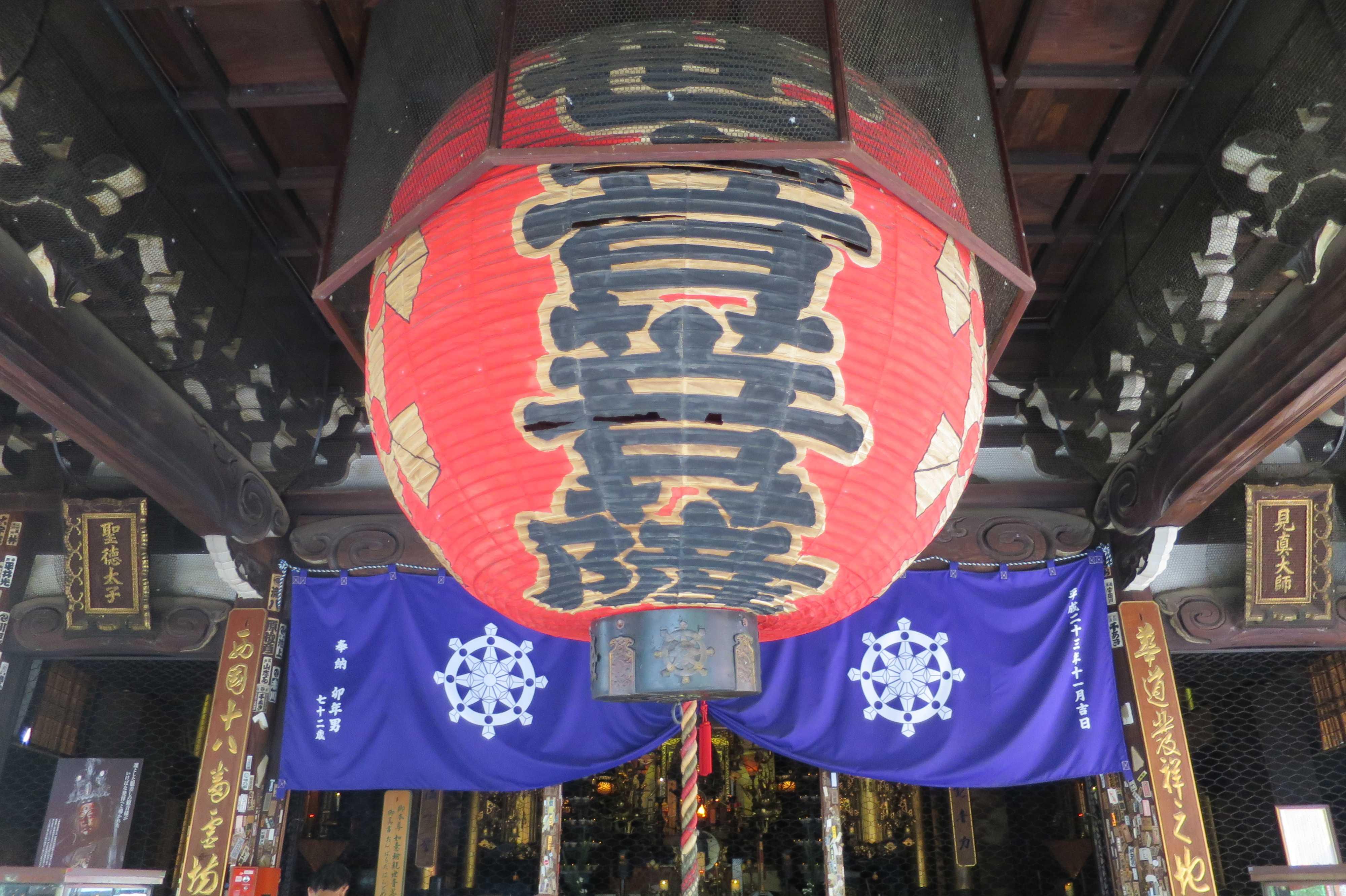 京都・六角堂本堂の赤い大提灯