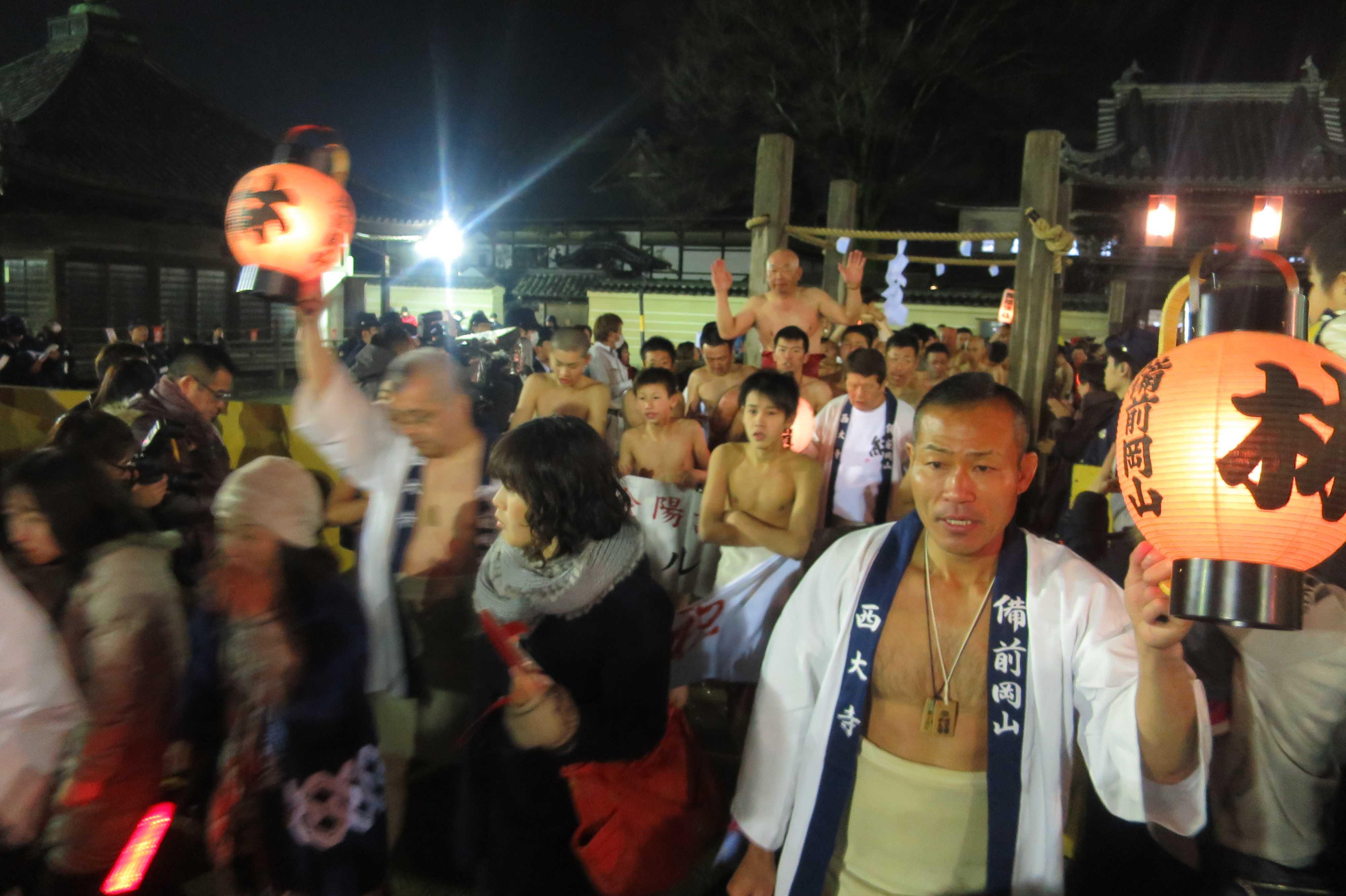 西大寺会陽 - 四本柱をくぐる林グループ
