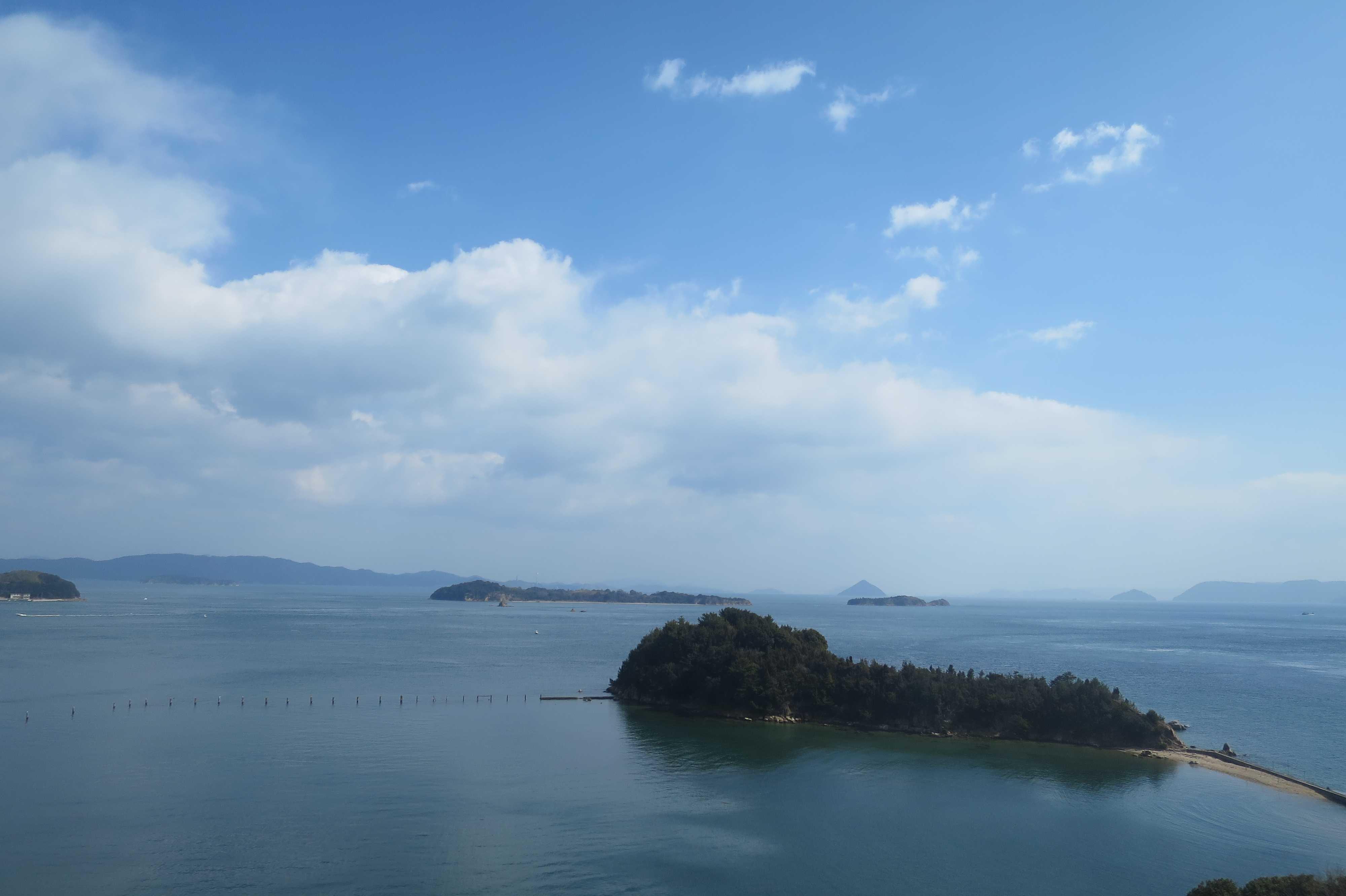 空は青く、雲は白く、瀬戸内海は穏やかです。