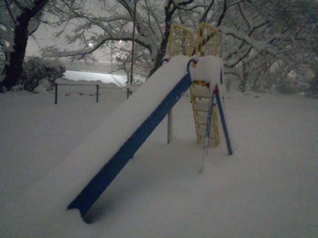 大雪と公園の滑り台(すべり台)