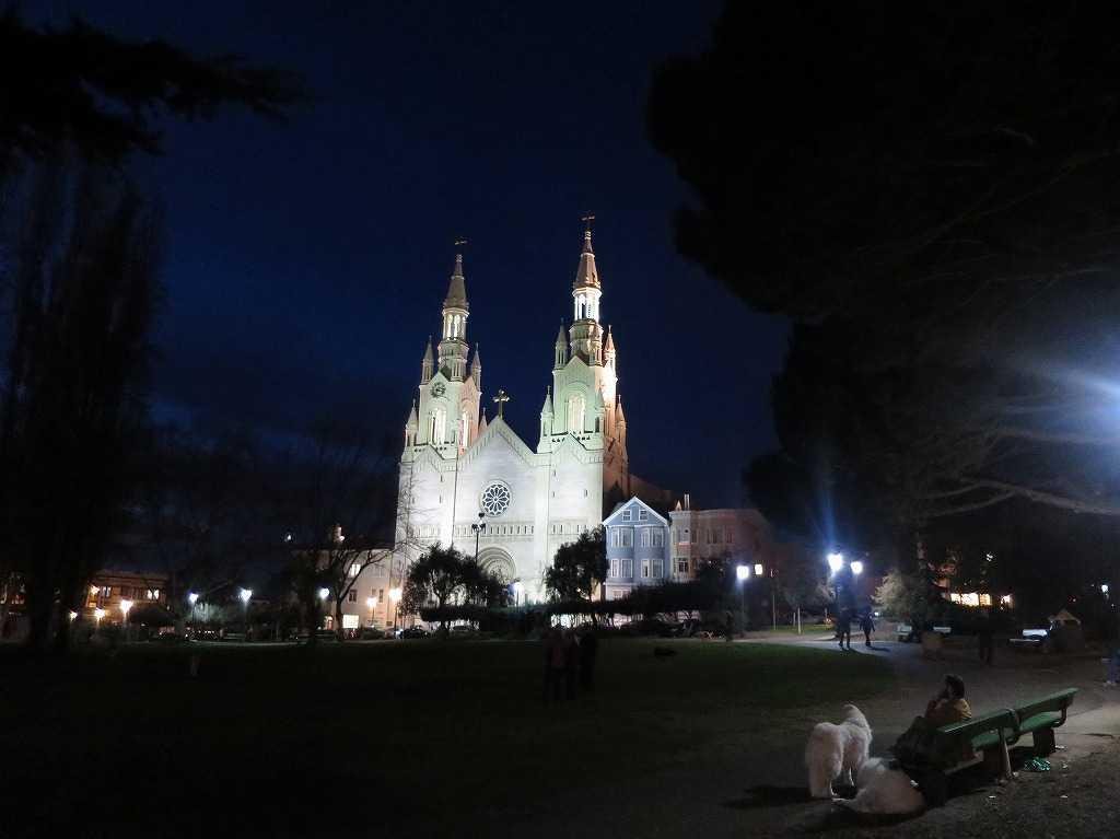ワシントン広場広場から見た夜の聖ピーター&ポール教会