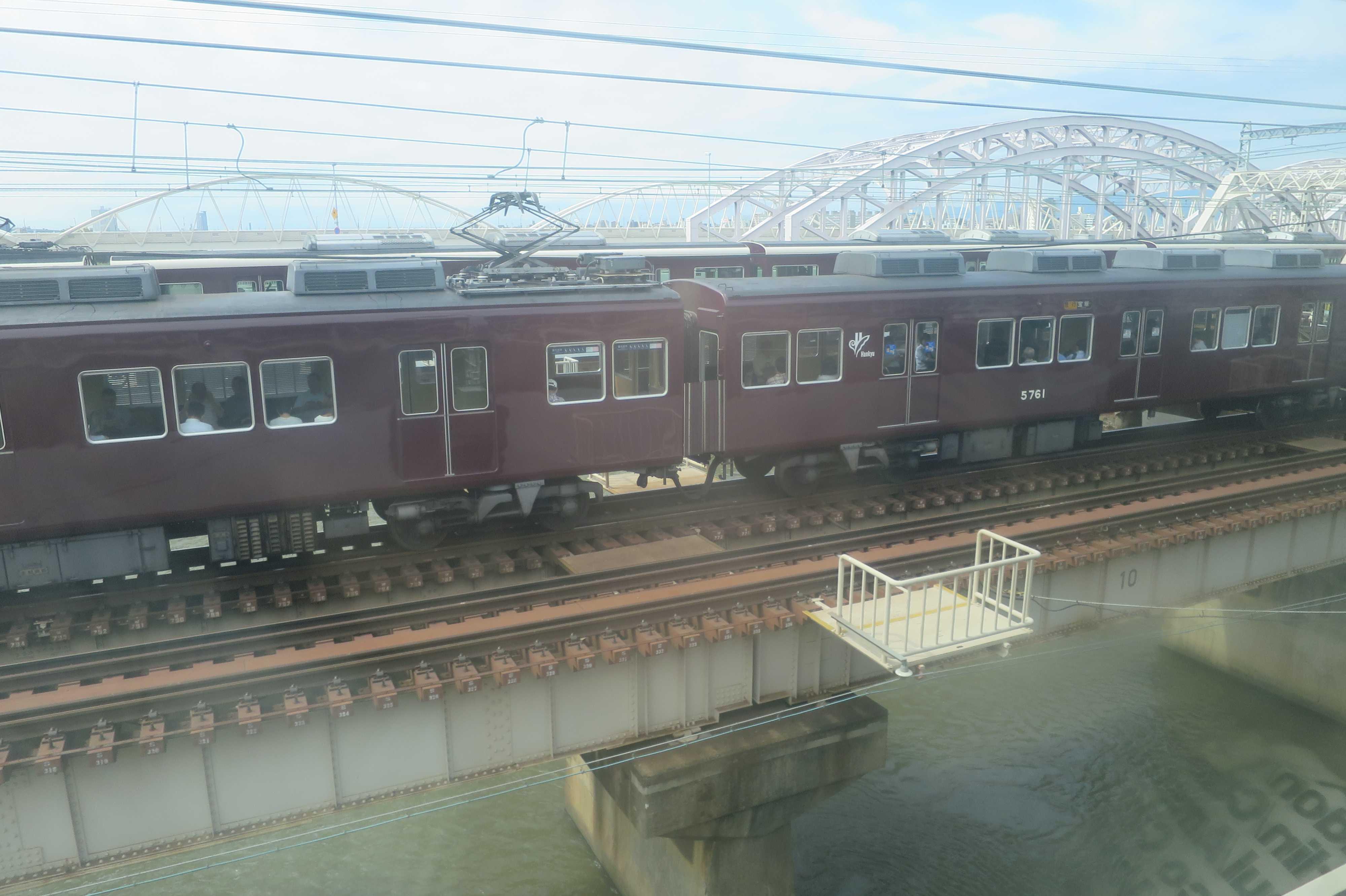 淀川の鉄橋と阪急電車