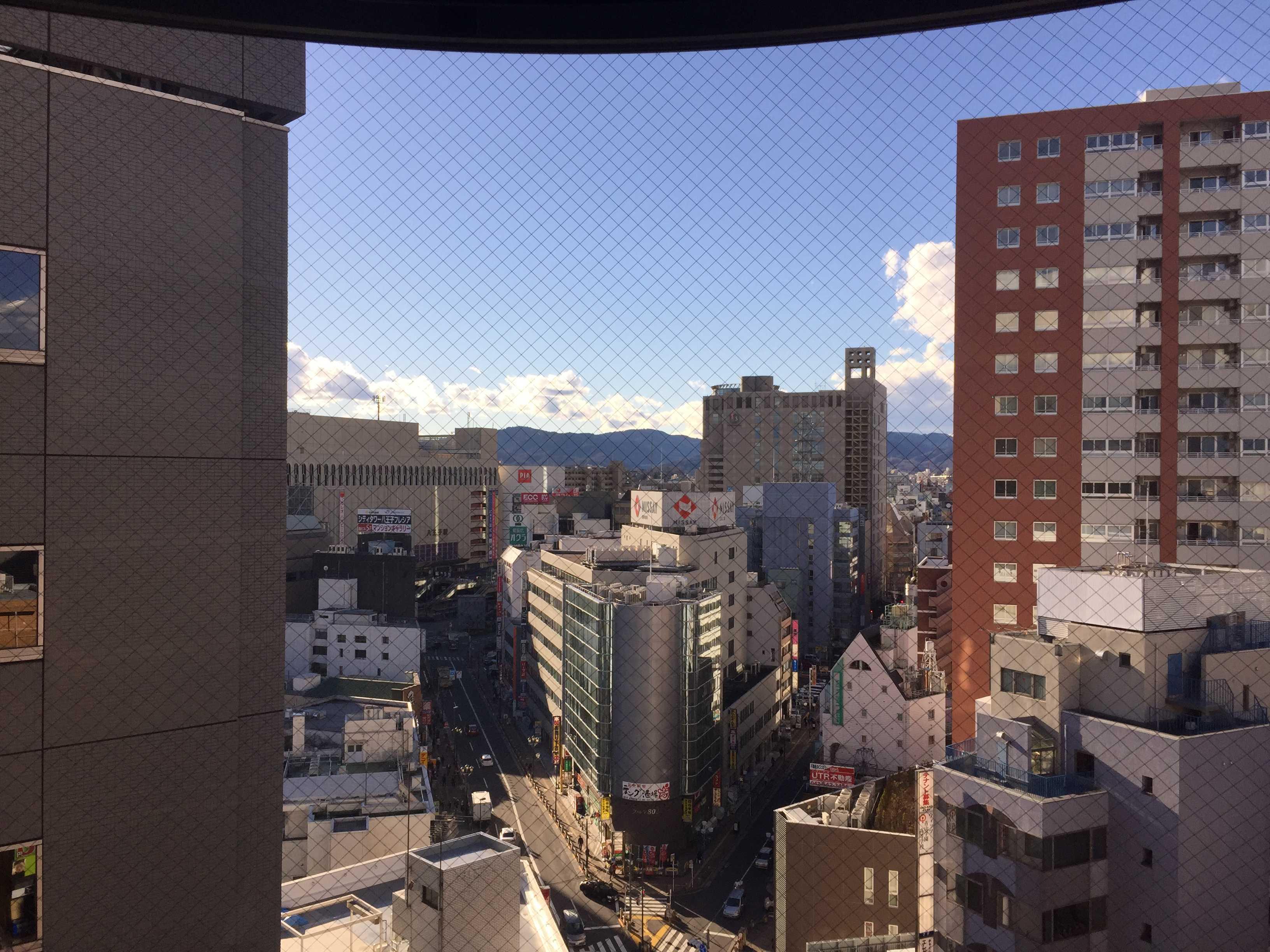 京八の駅ビルから見えた12月23日の八王子の町並みと山並み