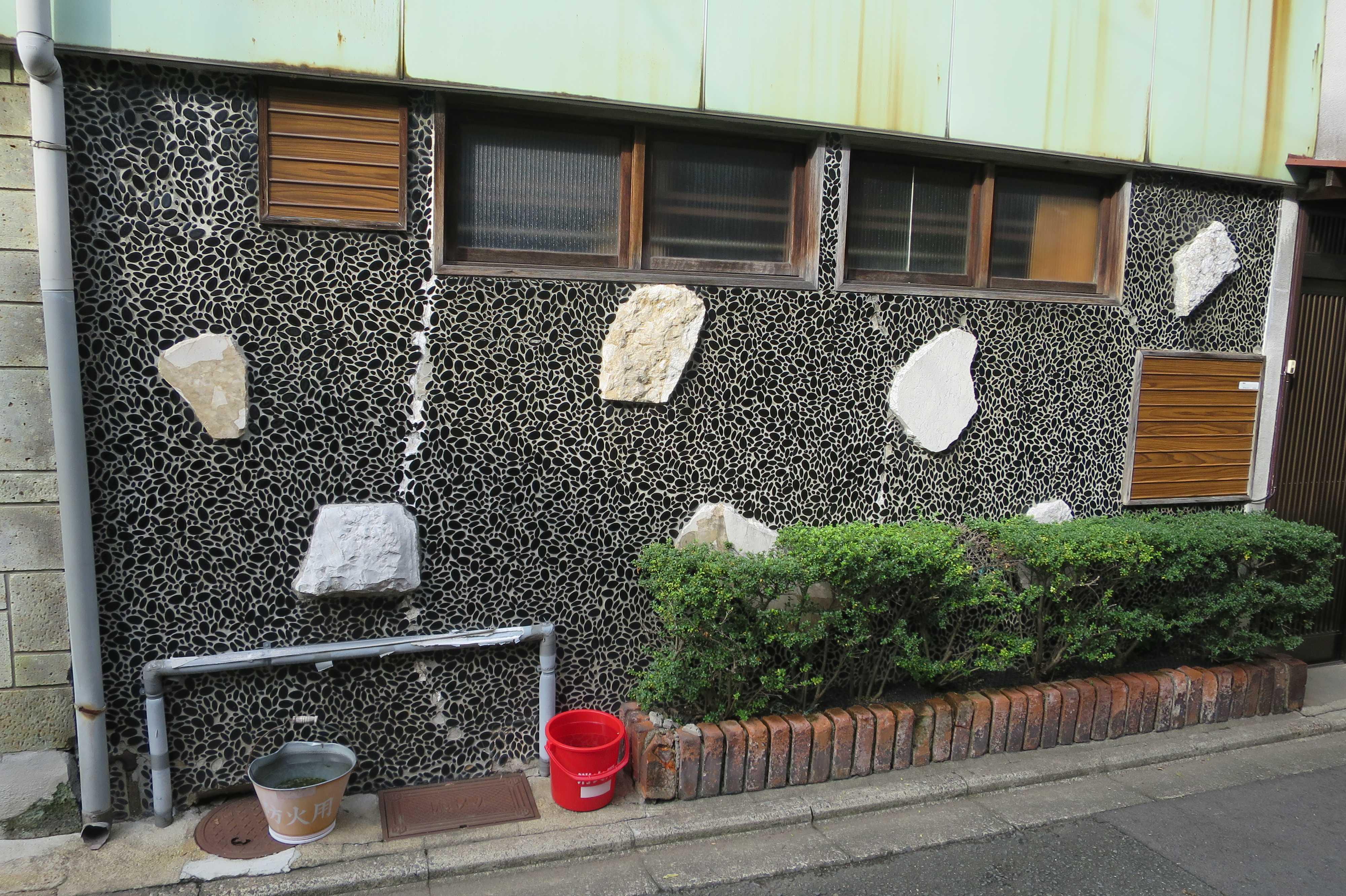 京都・五条楽園 - 壁一面がレトロな玉石タイルの家