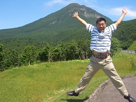 知床峠でジャンプする僕・村内伸弘