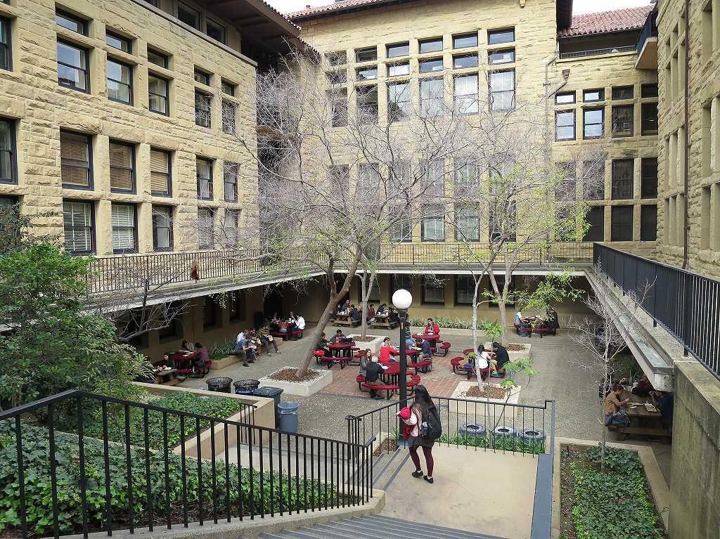 スタンフォード大学 - 食事をとる学生たち