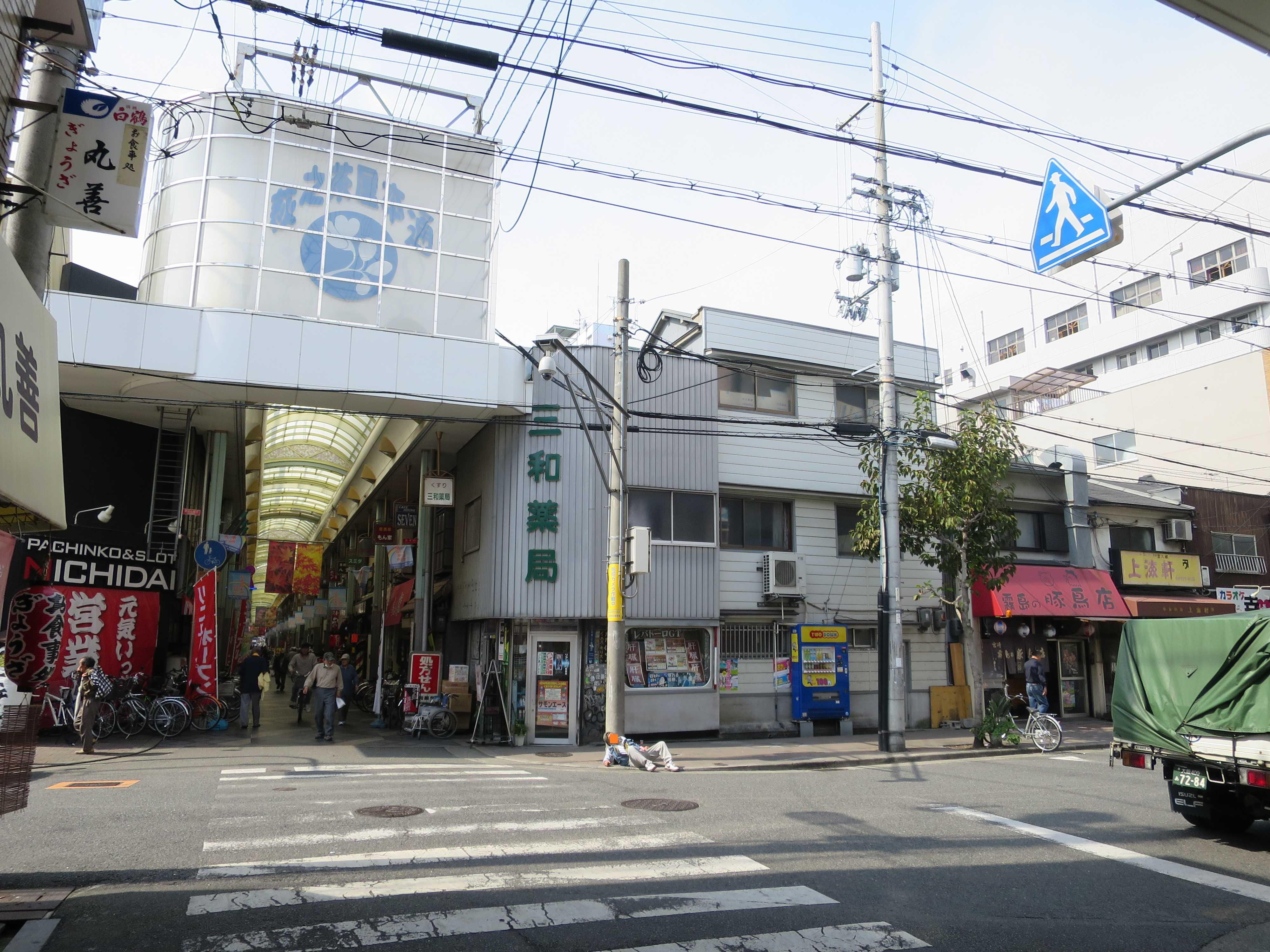 大阪・西成のドヤ街 - 酔っ払って道端で寝ている日雇労働者(ホームレス)