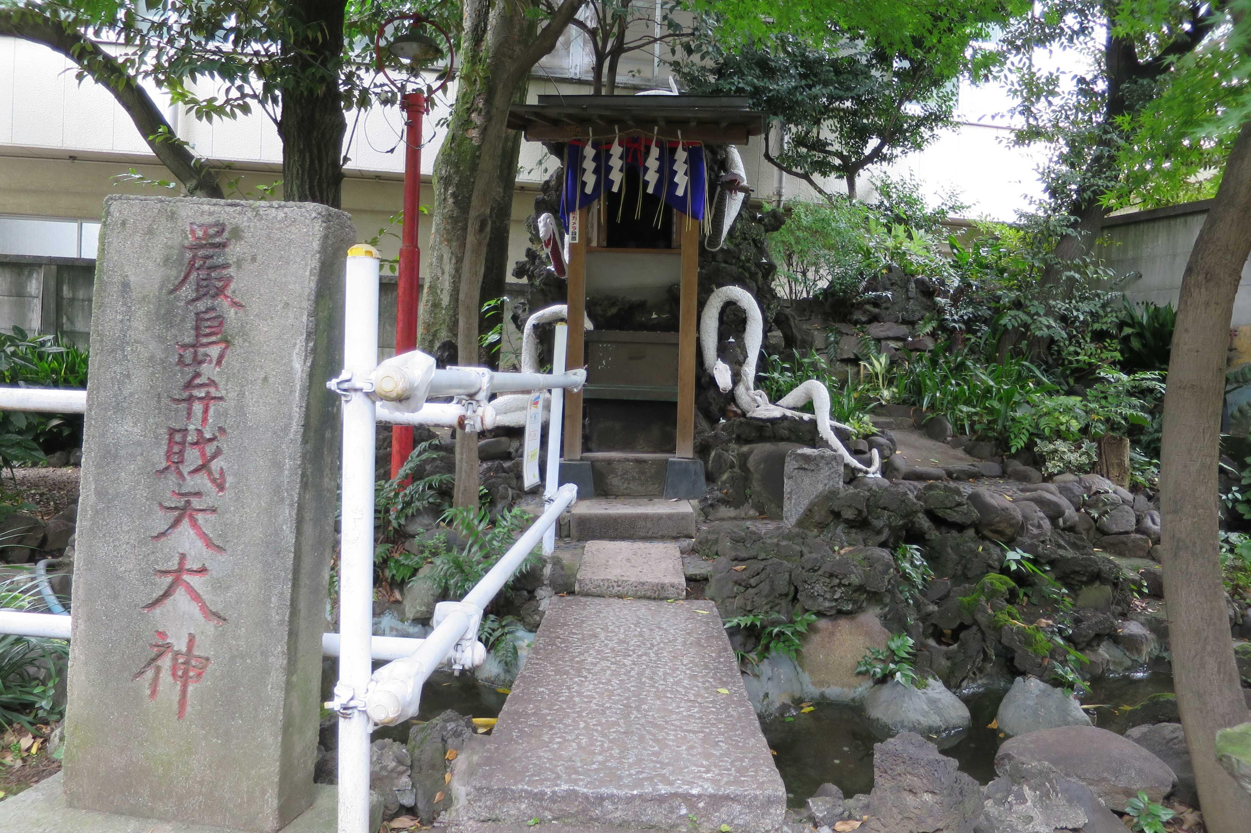 白蛇の祠(上神明天祖神社)