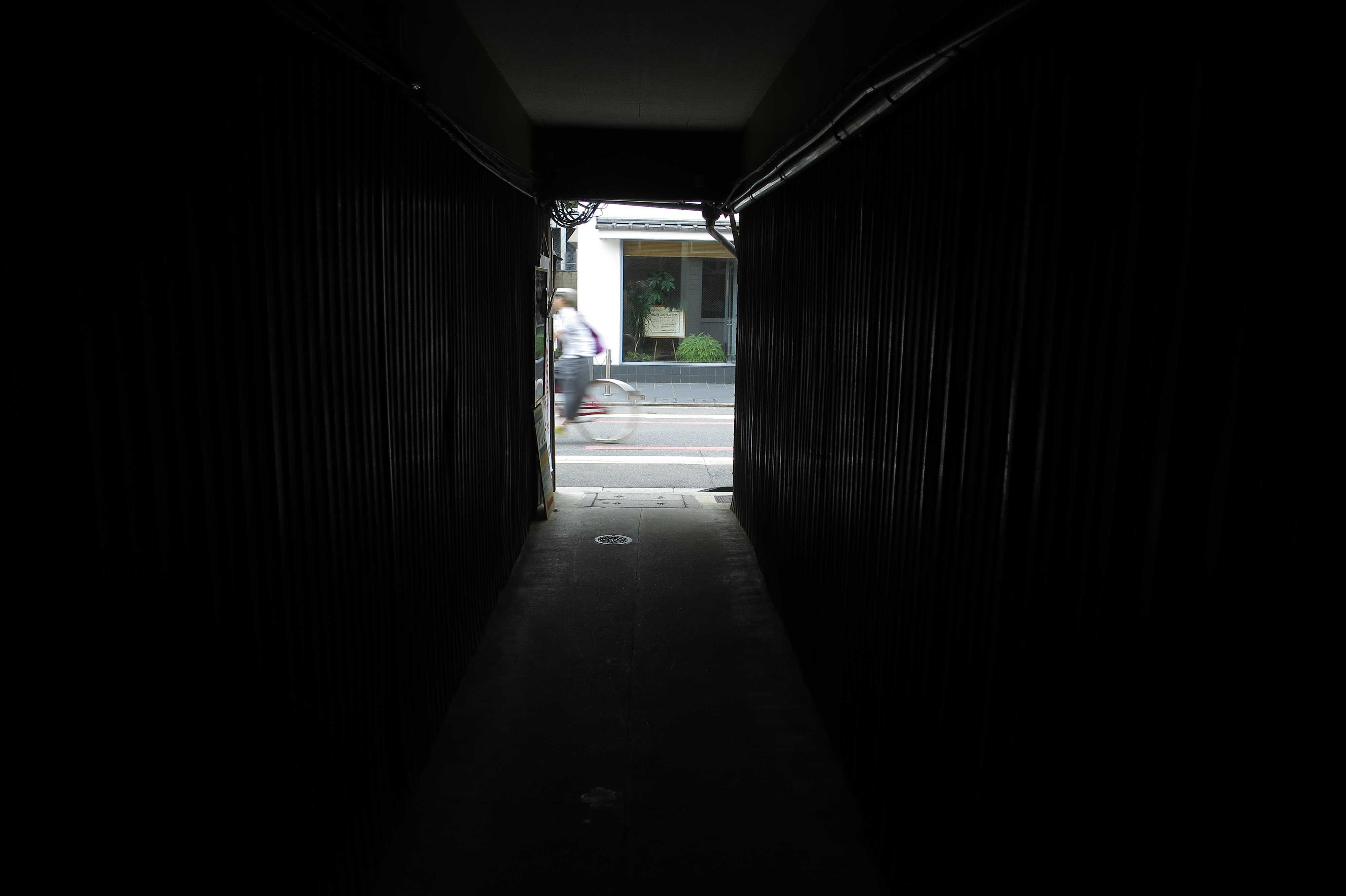 京都市内の路地裏の「家のトンネル」