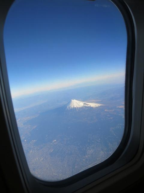飛行機の窓から見えた白い富士山