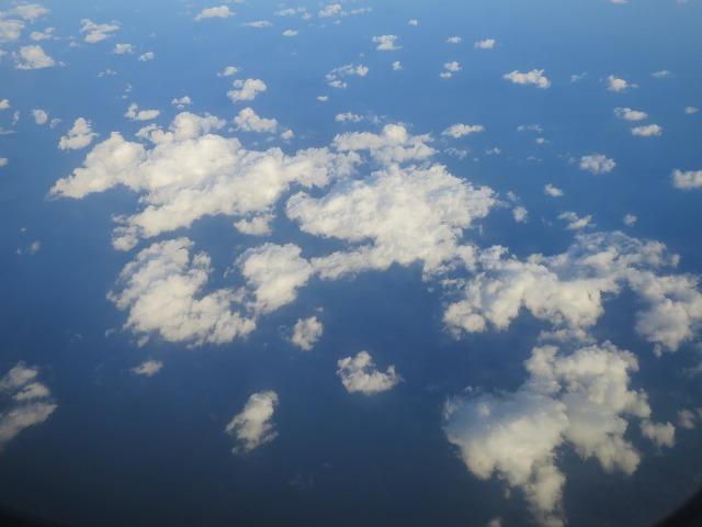 飛行機の窓から見えた雲