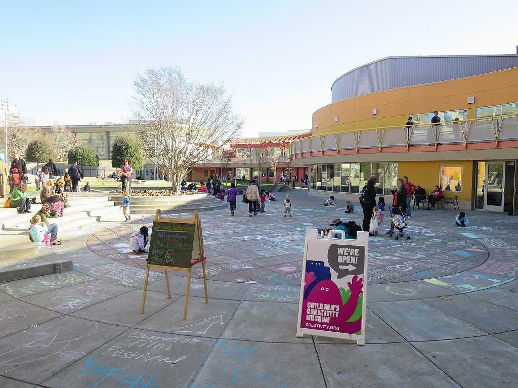 チルドレンズ・クリエイティビティ・ミュージアムの庭