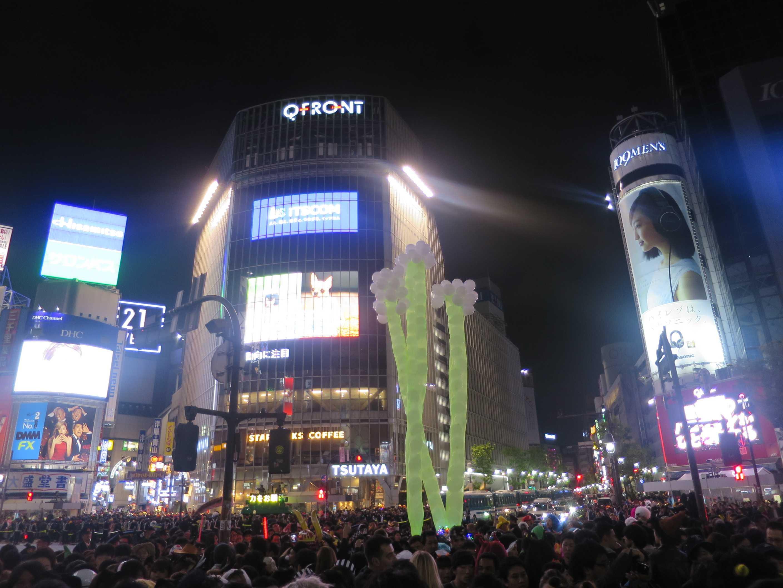 渋谷ハロウィーン - スクランブル交差点前の風船