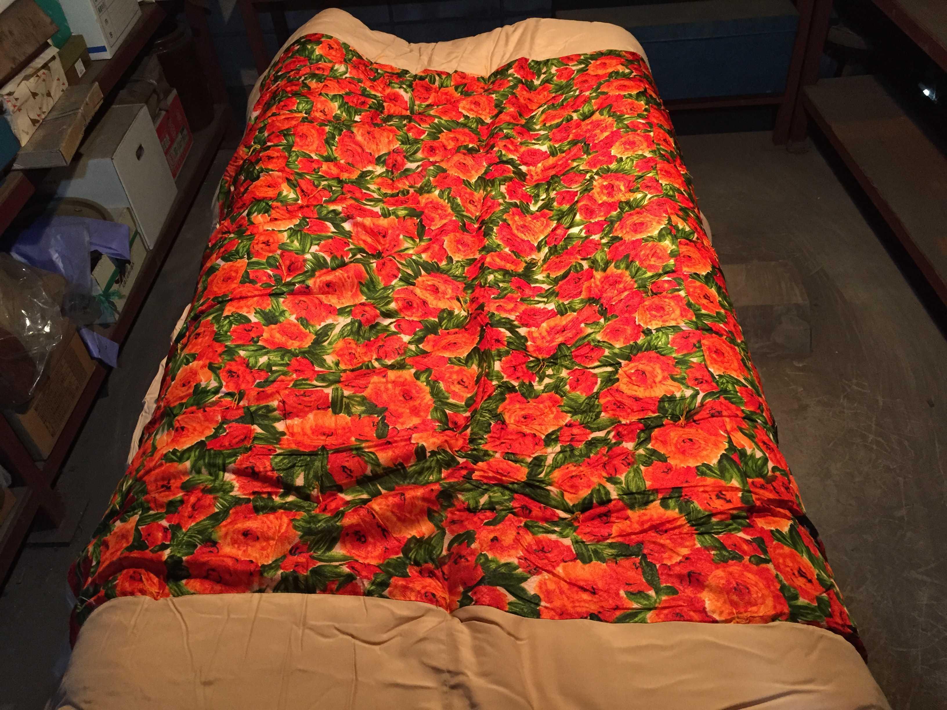 真っ赤な花柄の掛け蒲団(綿蒲団)