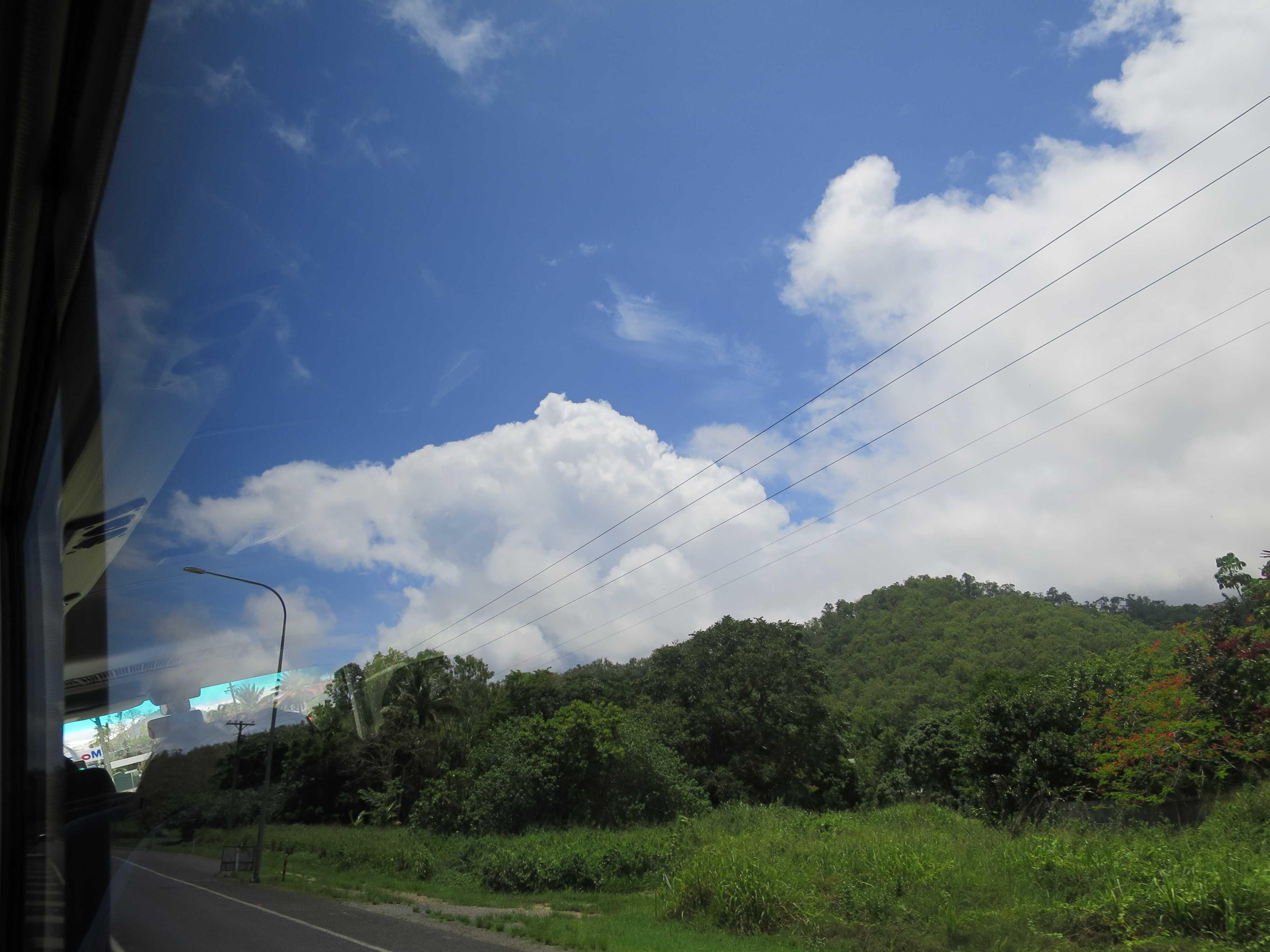 ケアンズ郊外の青い空と白い雲