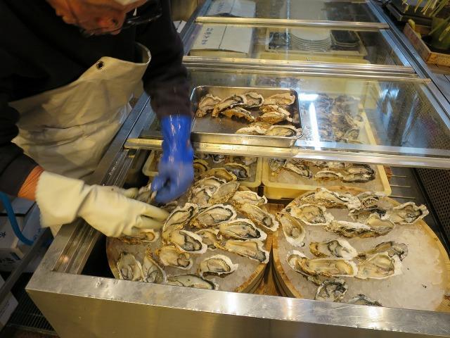 錦市場で並べられる生牡蠣