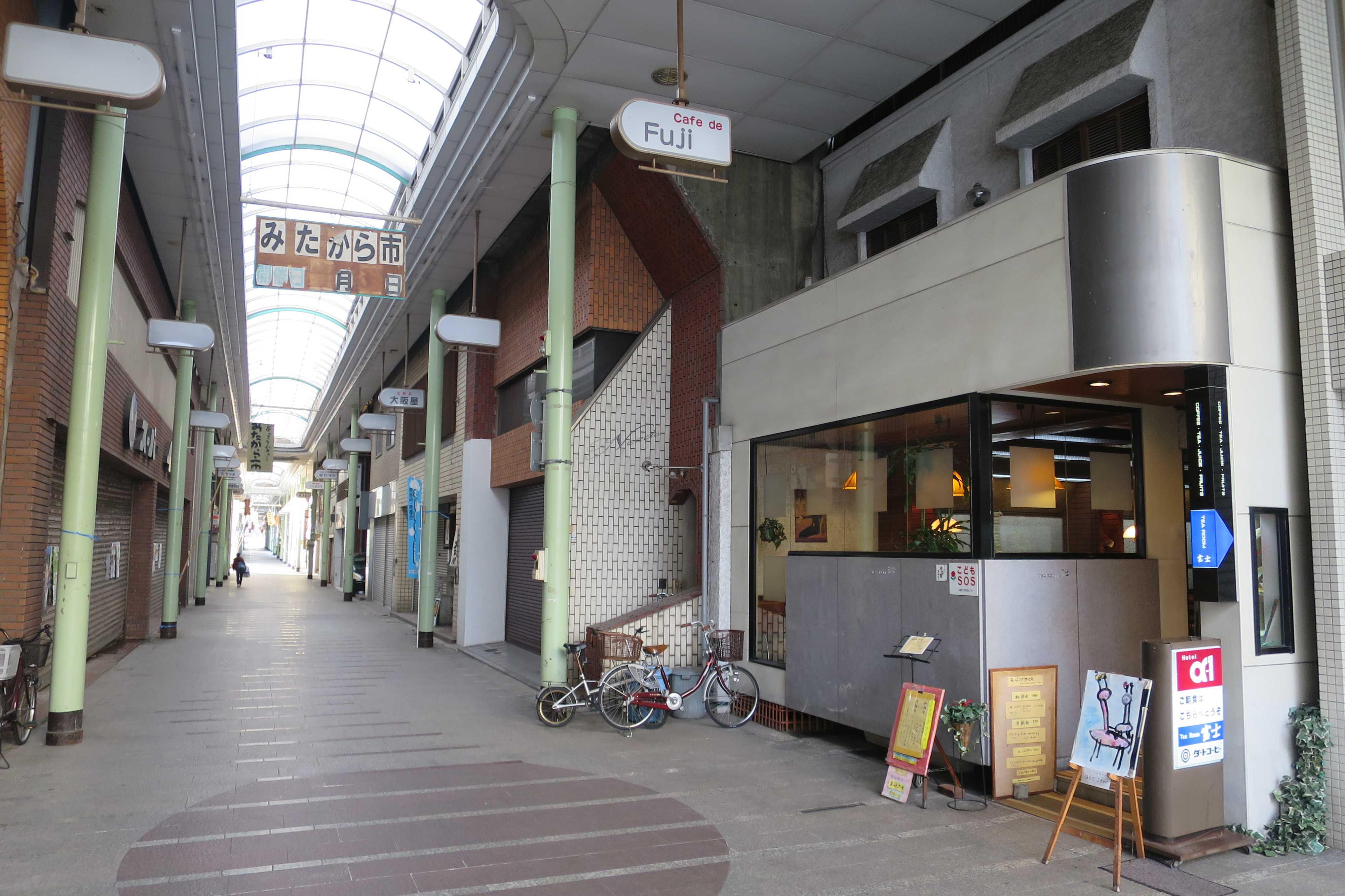 通町商店街の角のカフェ「Fuji」