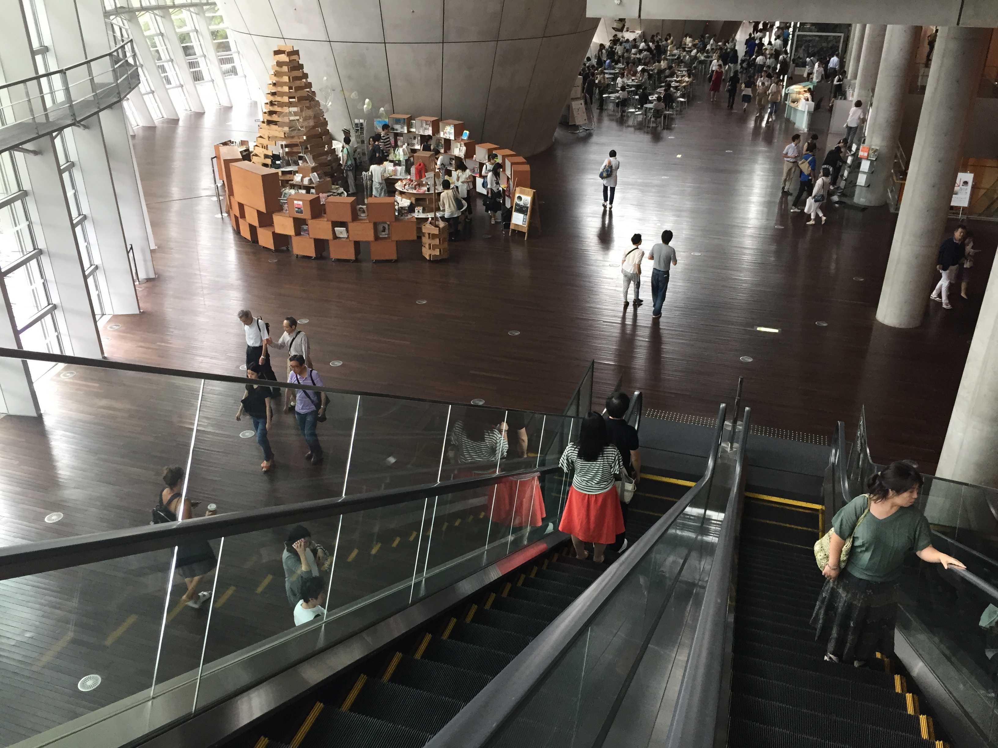国立新美術館 エスカレータ
