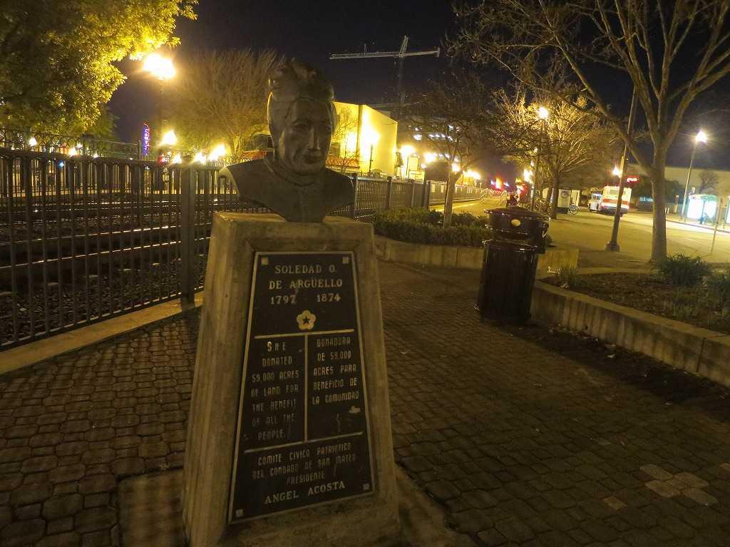 レッドウッドシティー駅前のおばさんの銅像