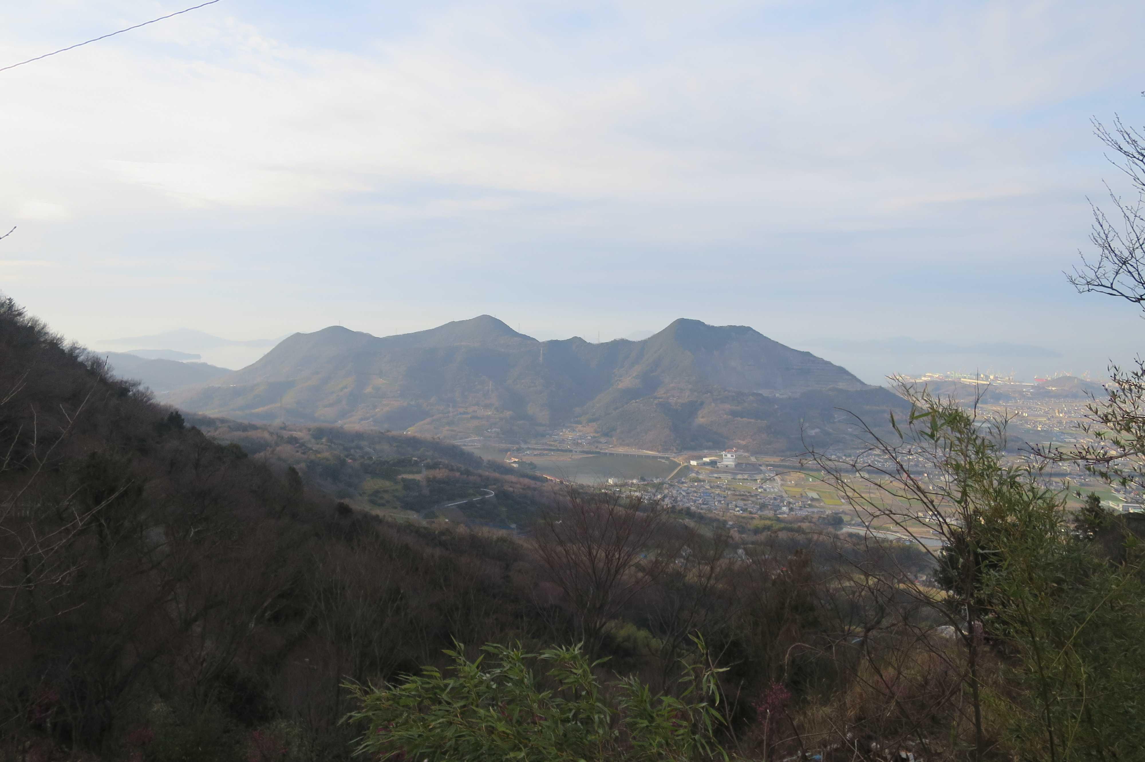 右側:天霧山、左側:弥谷山