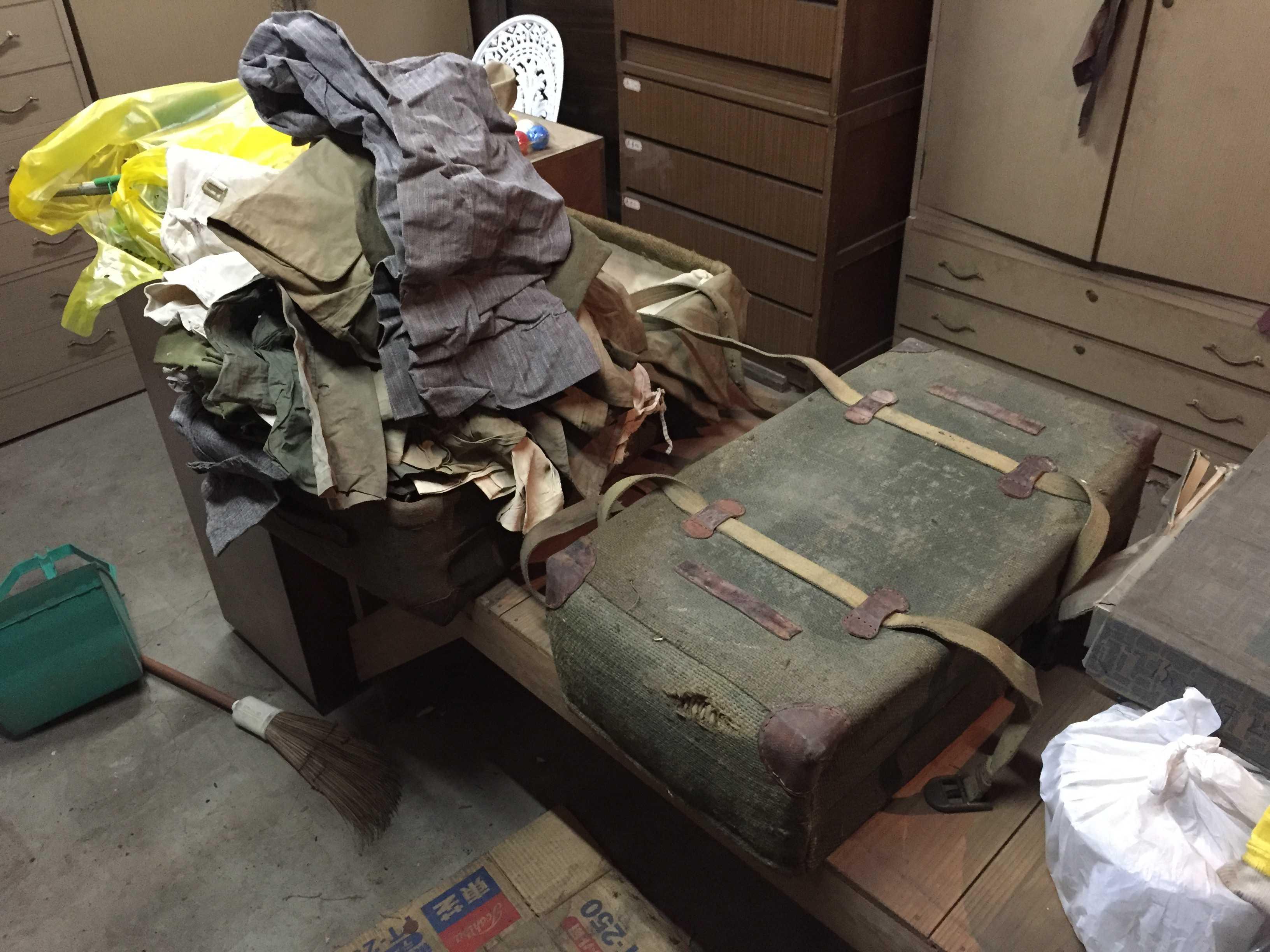 古い服や醤油屋時代の作業着がたくさん入っていた布製のトランク