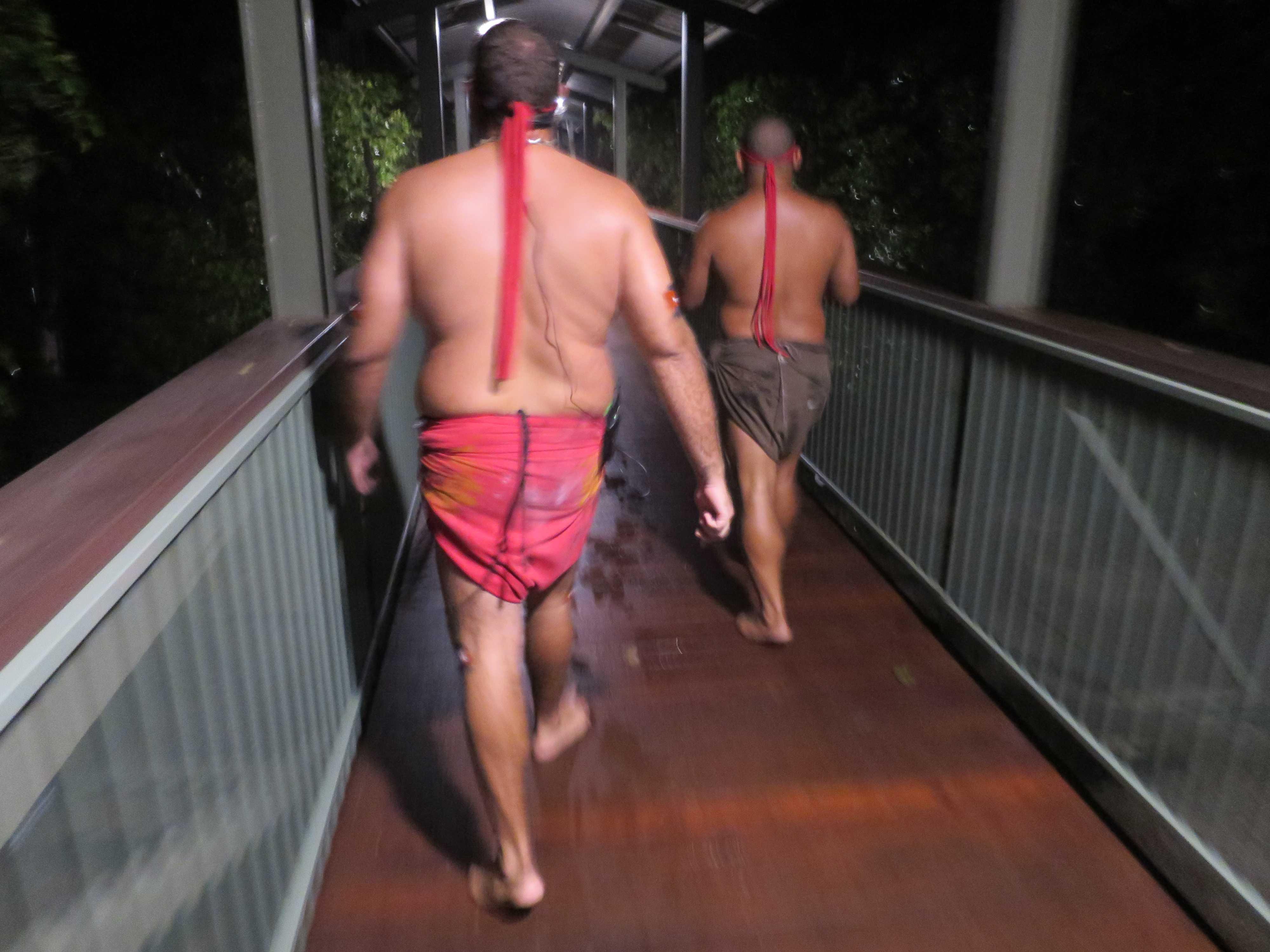 先住民アボリジニのたくましい背中