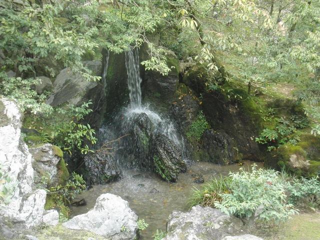 金閣寺の滝