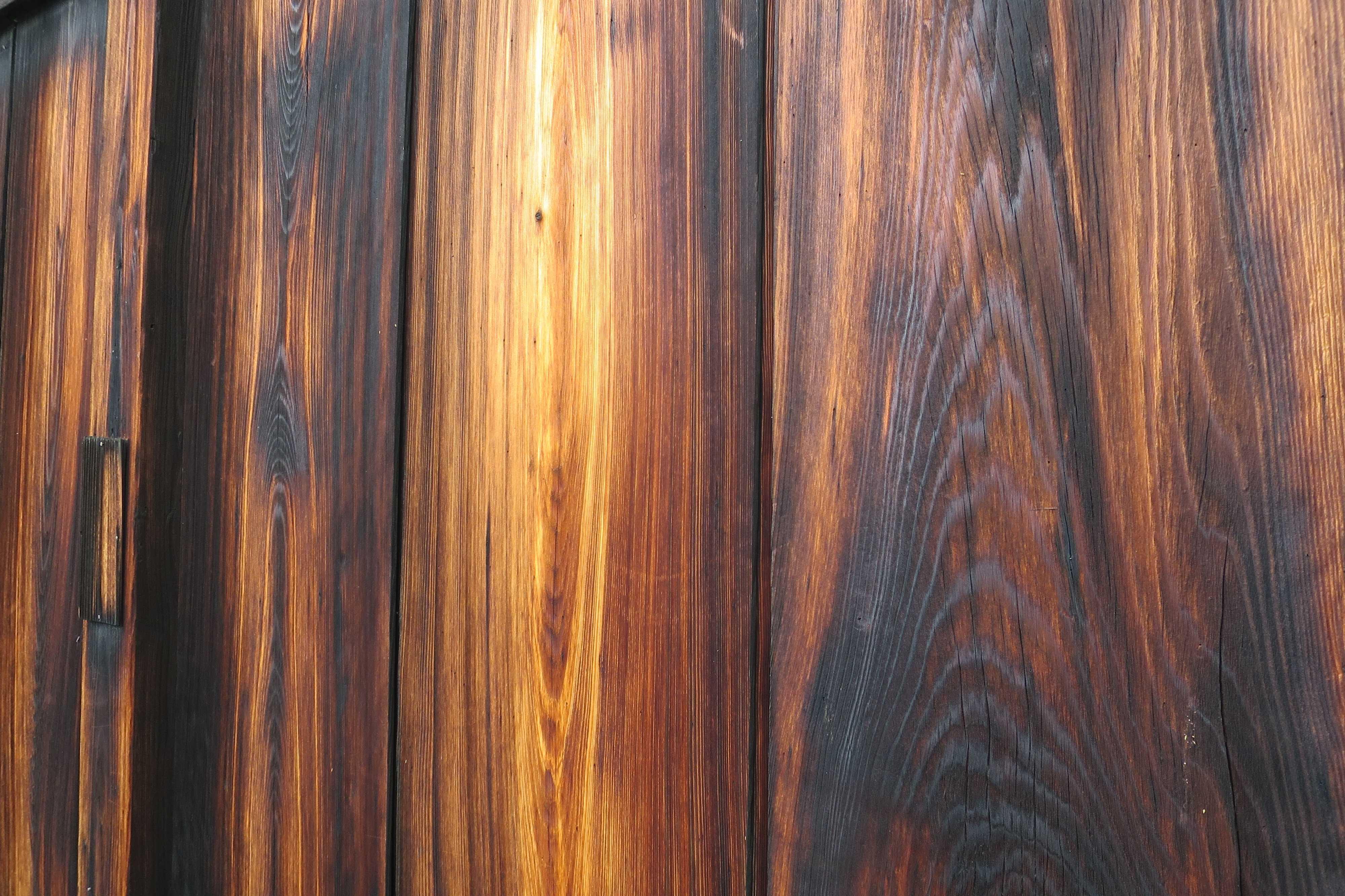京都・五条楽園 - 五条会館の焼杉板