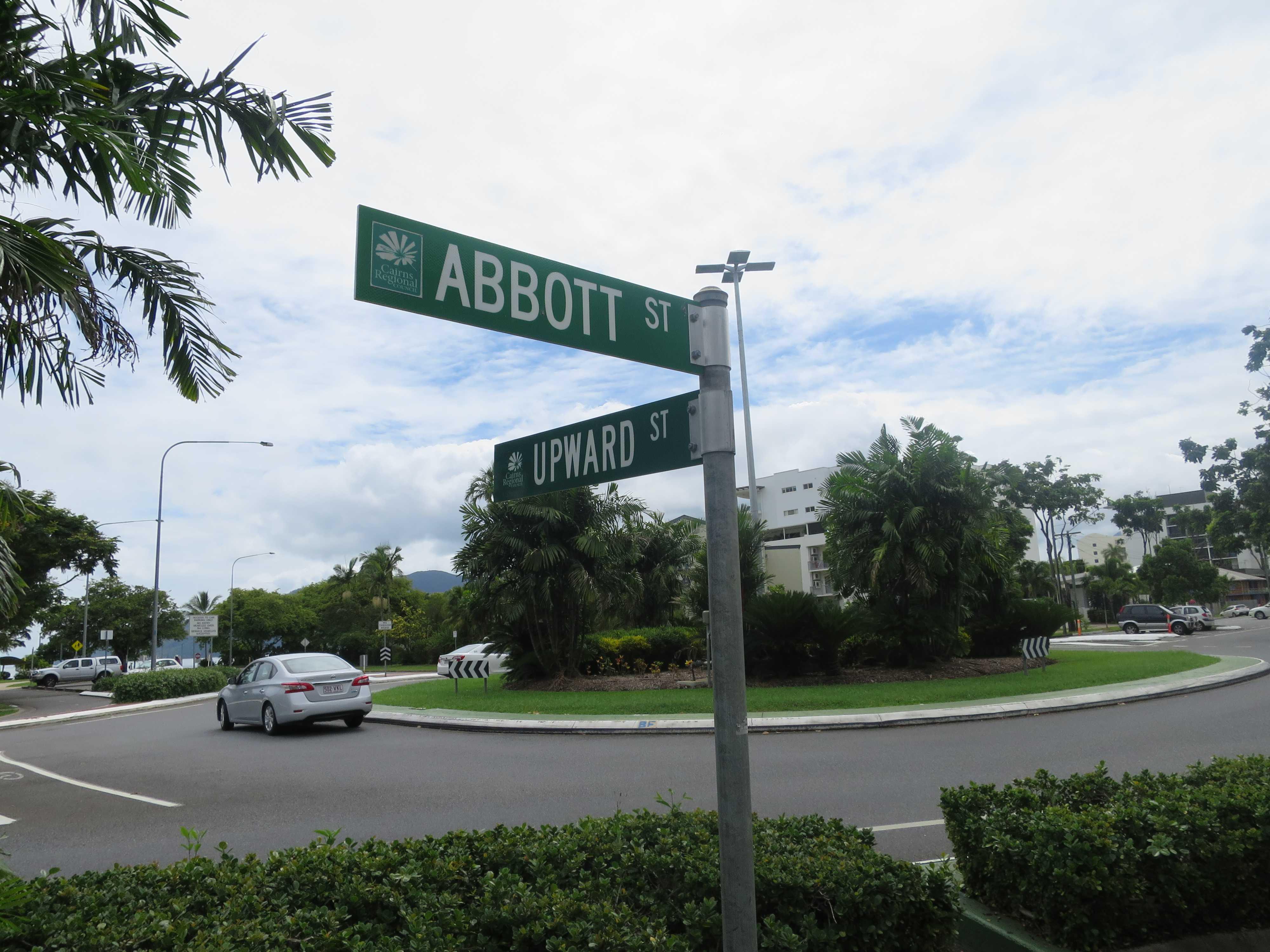 アボット通りとアップワード通りが交差するラウンドアバウト(ロータリー)