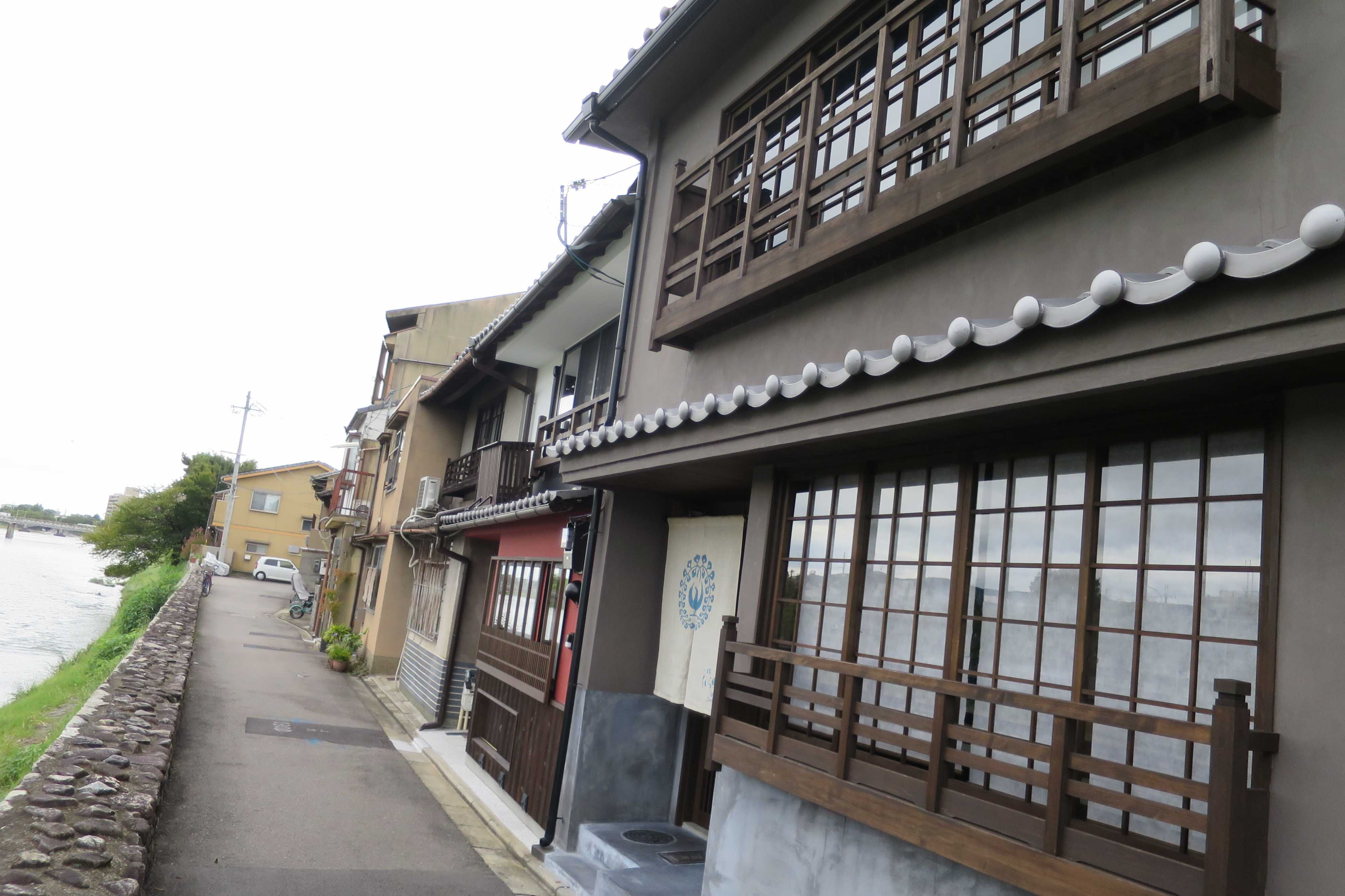 京都・五条 - 鴨川沿いの道