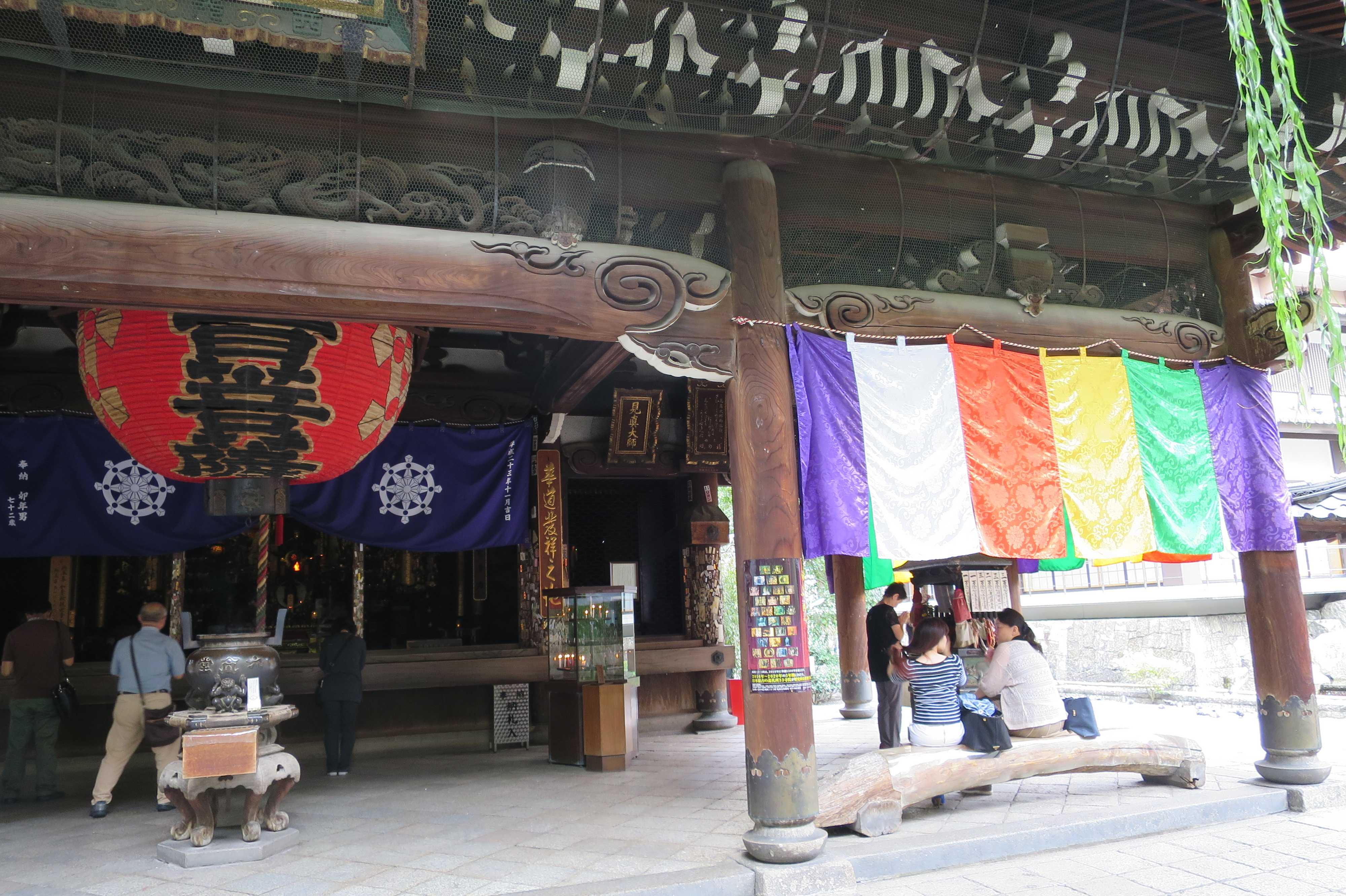 京都・六角堂の五色幕(ごしきまく)