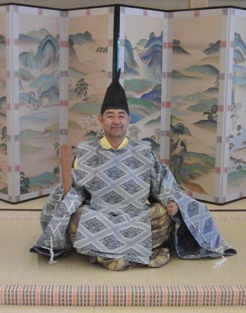 平安時代の装束を身にまとった村内伸弘