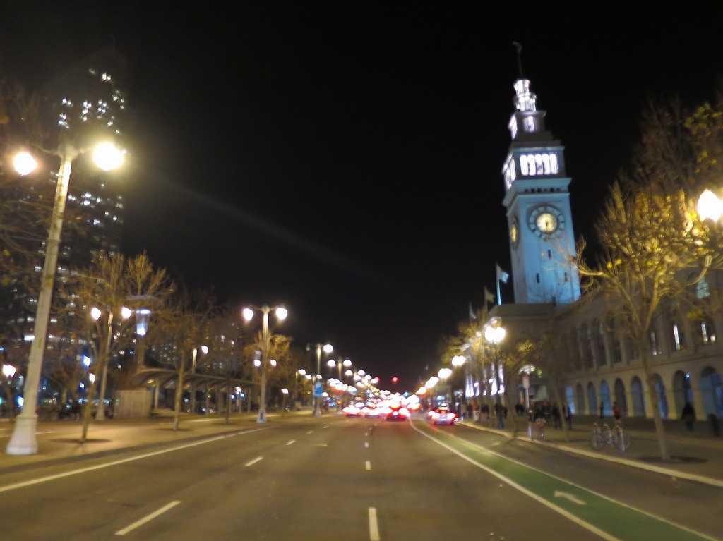 夜のエンバーカデロ通り