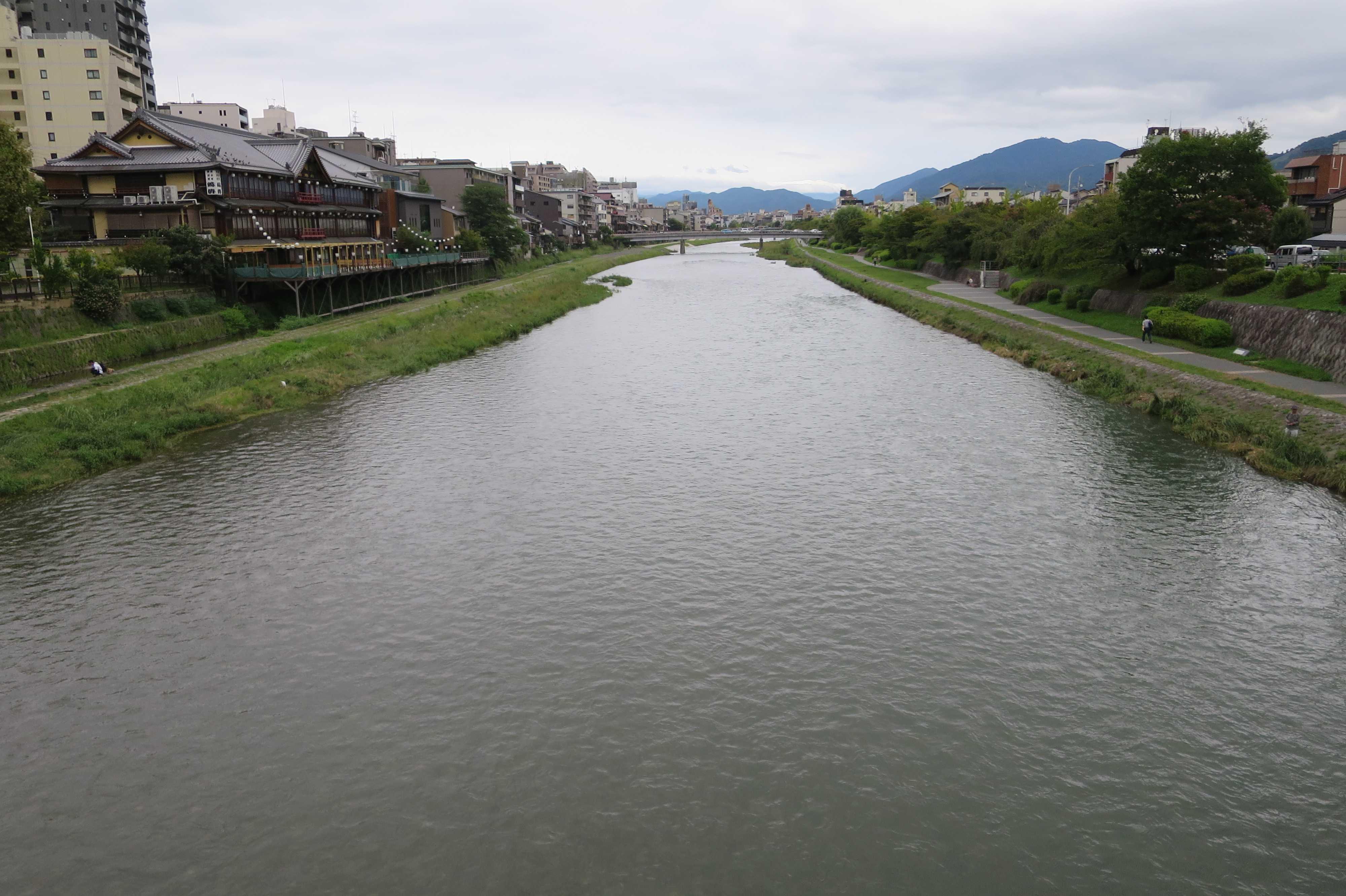 五条大橋の上から見た比叡山