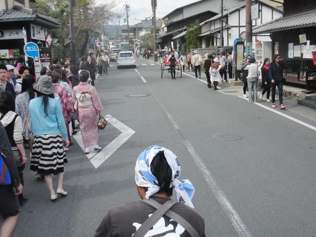 嵐山をメイン通りを走る人力車