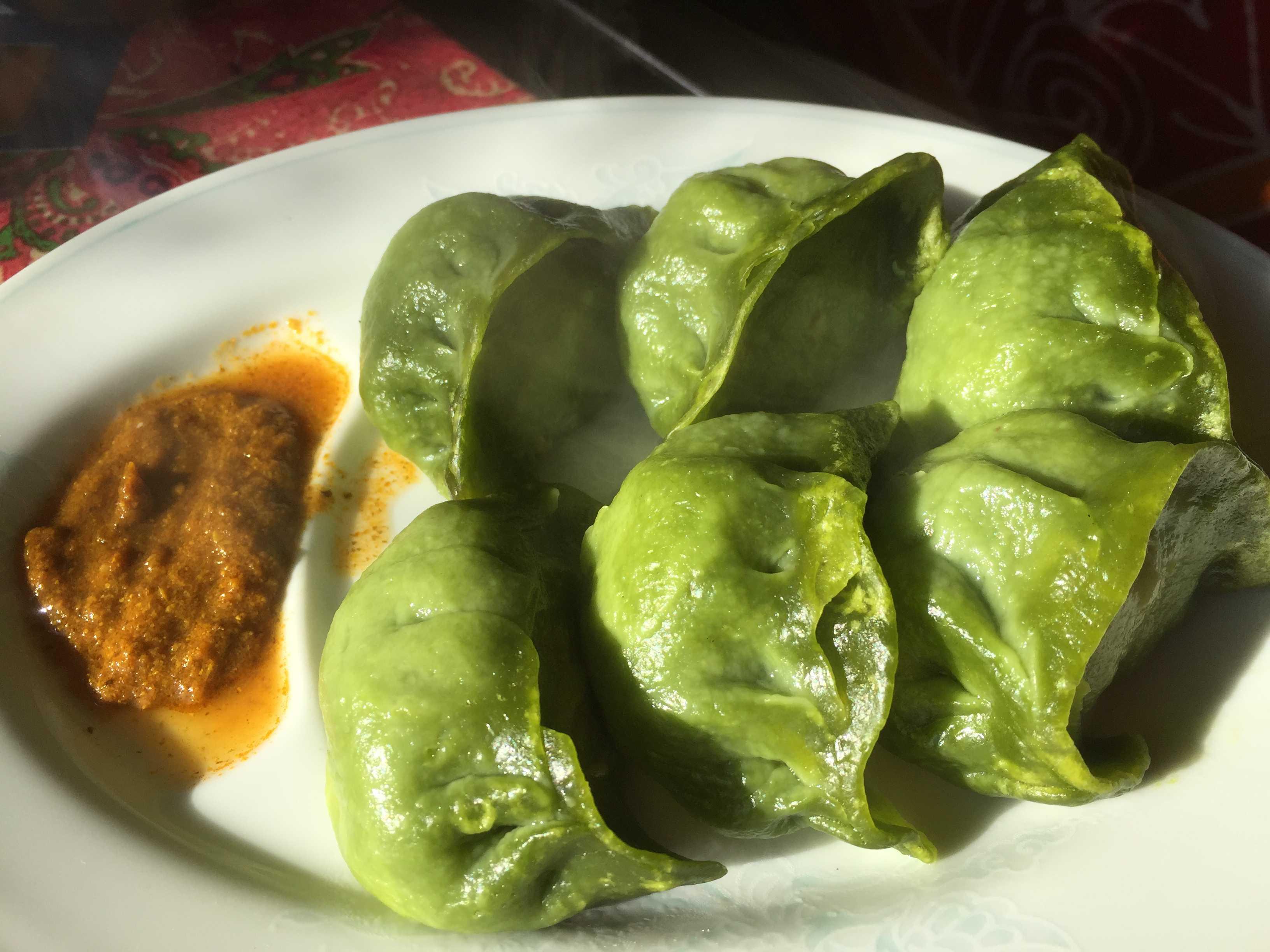 ネパール風蒸し餃子「パラクモモ」
