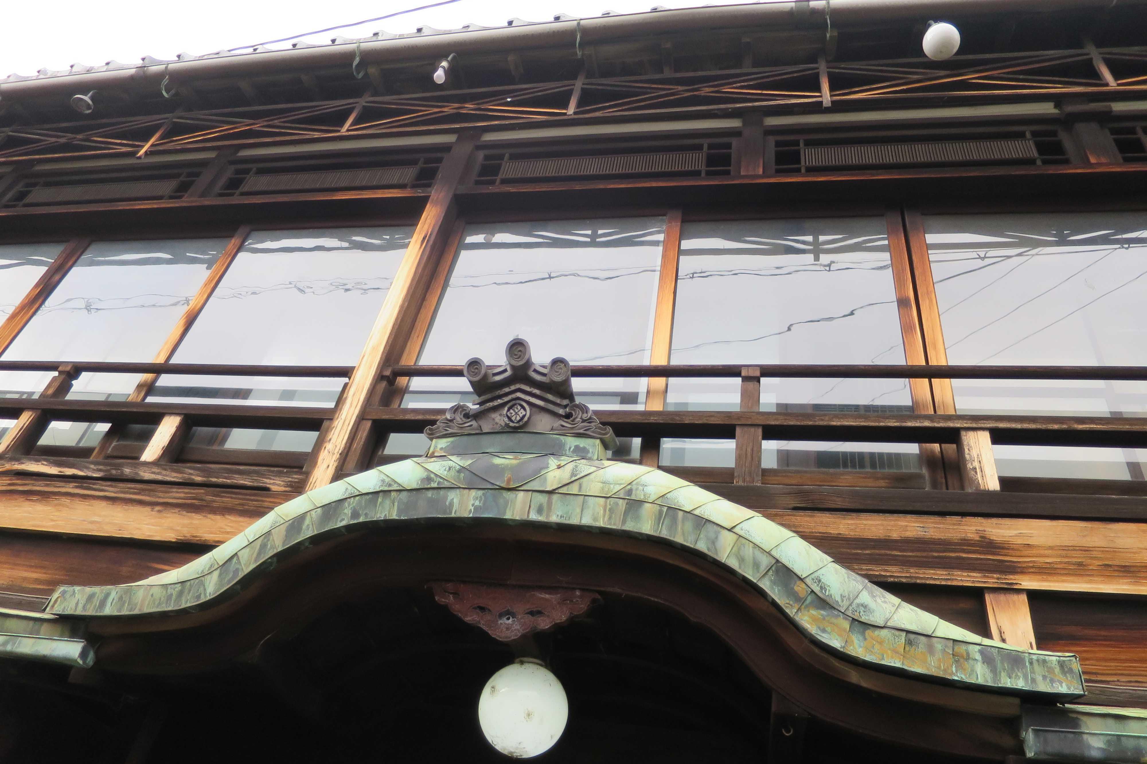 京都・五条楽園の遊郭のガラス窓と手すり(欄干)